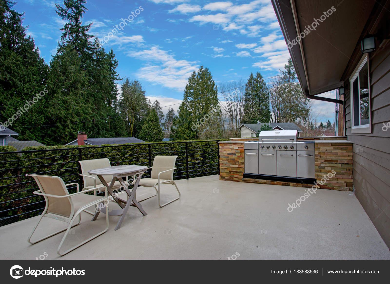 Atemberaubende Hause außen mit großer Terrasse und Grill — Stockfoto ...