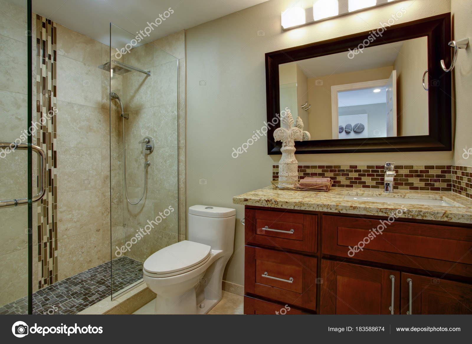 Elegantes Badezimmer mit einer Mahagoni gebeizt Eitelkeit ...