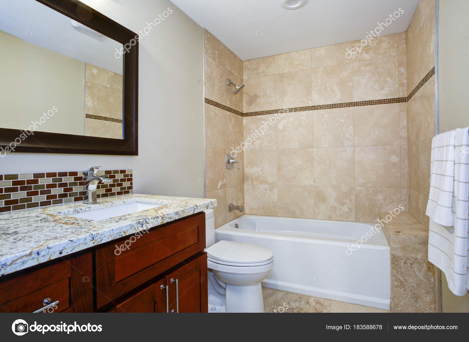 Vasca Da Bagno Sottopiano : Elegante bagno con una vanità tinto mogano u foto stock alabn