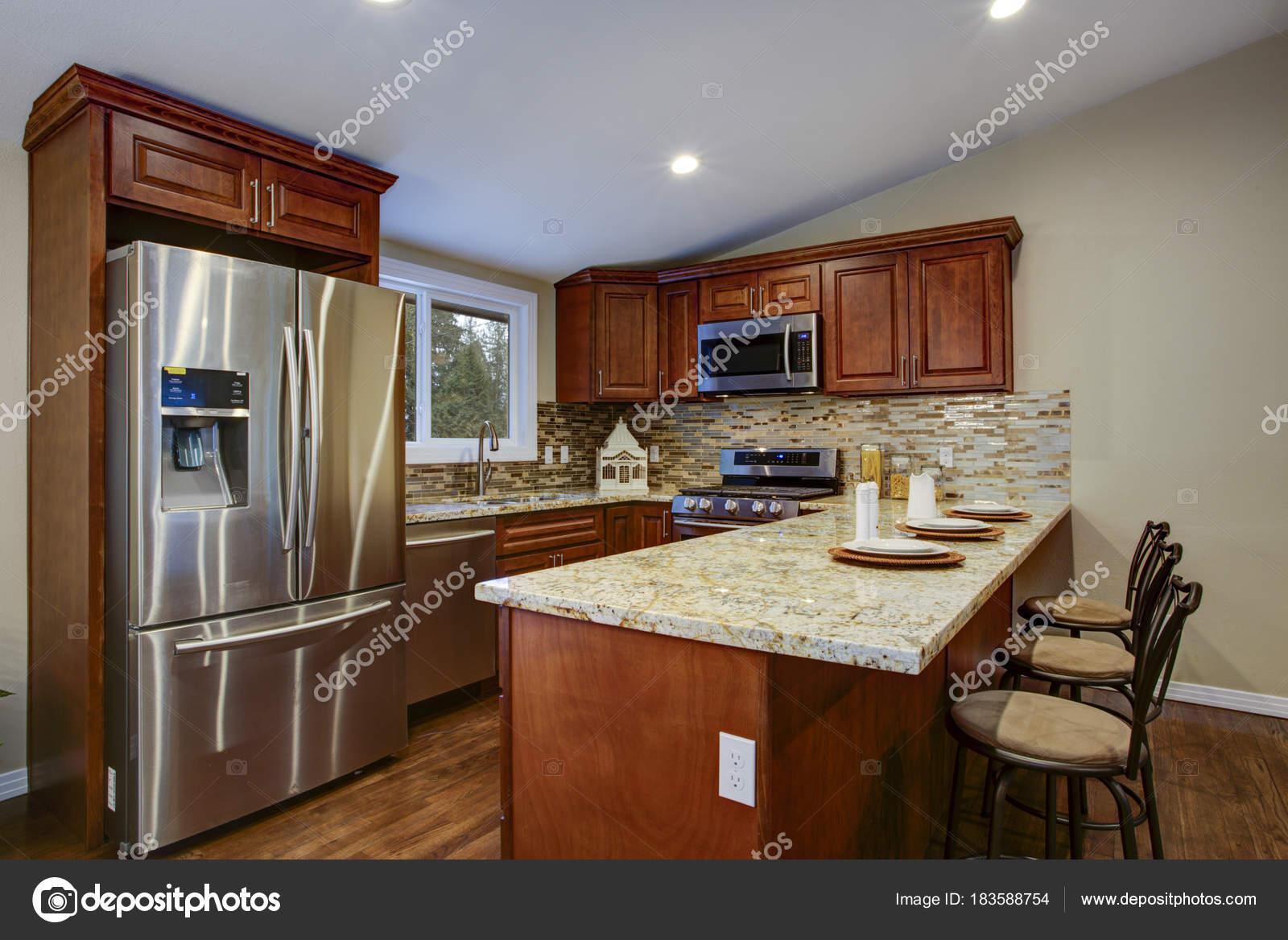 Diseño de cocina marrón con gabinetes de cocina de caoba — Fotos de ...