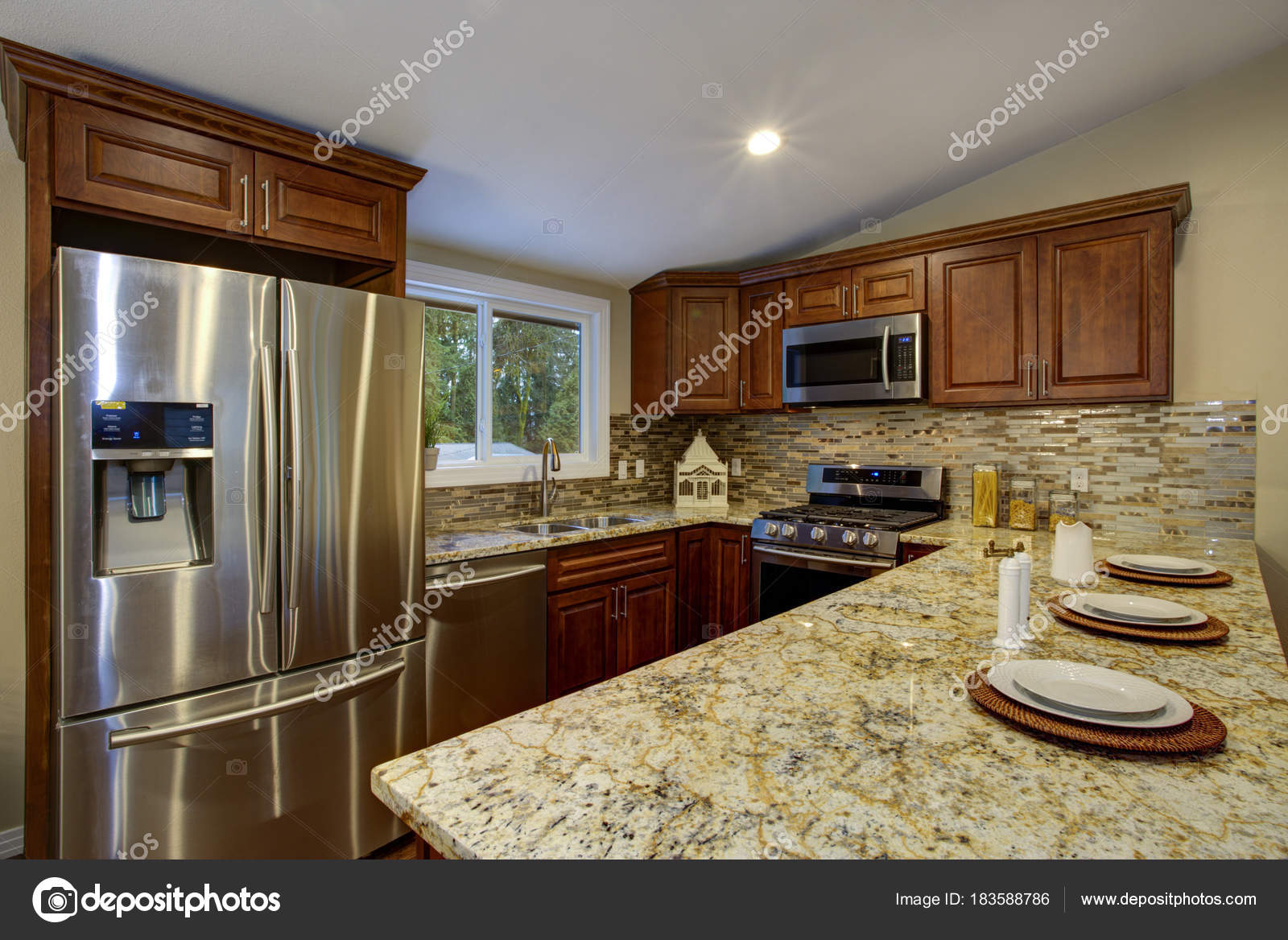 - Brown Kitchen Design With Mahogany Kitchen Cabinets. — Stock Photo