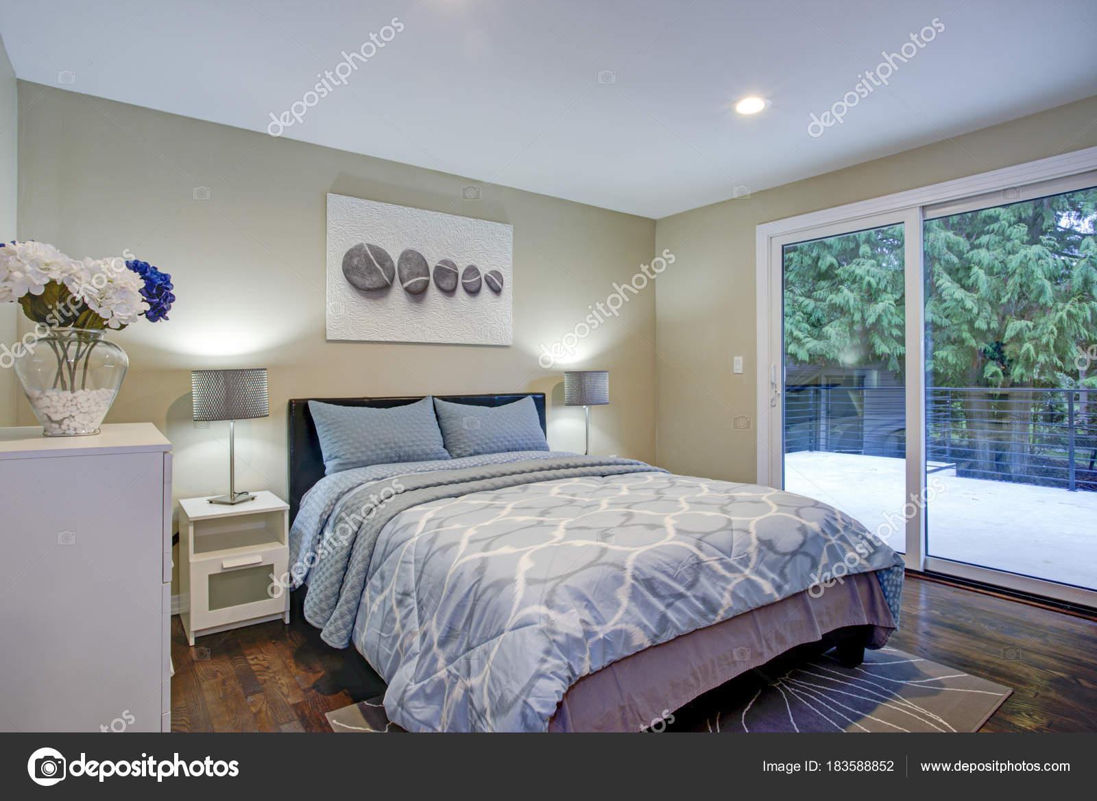 Secondo piano camera da letto con letto di pareti color tortora, blu ...