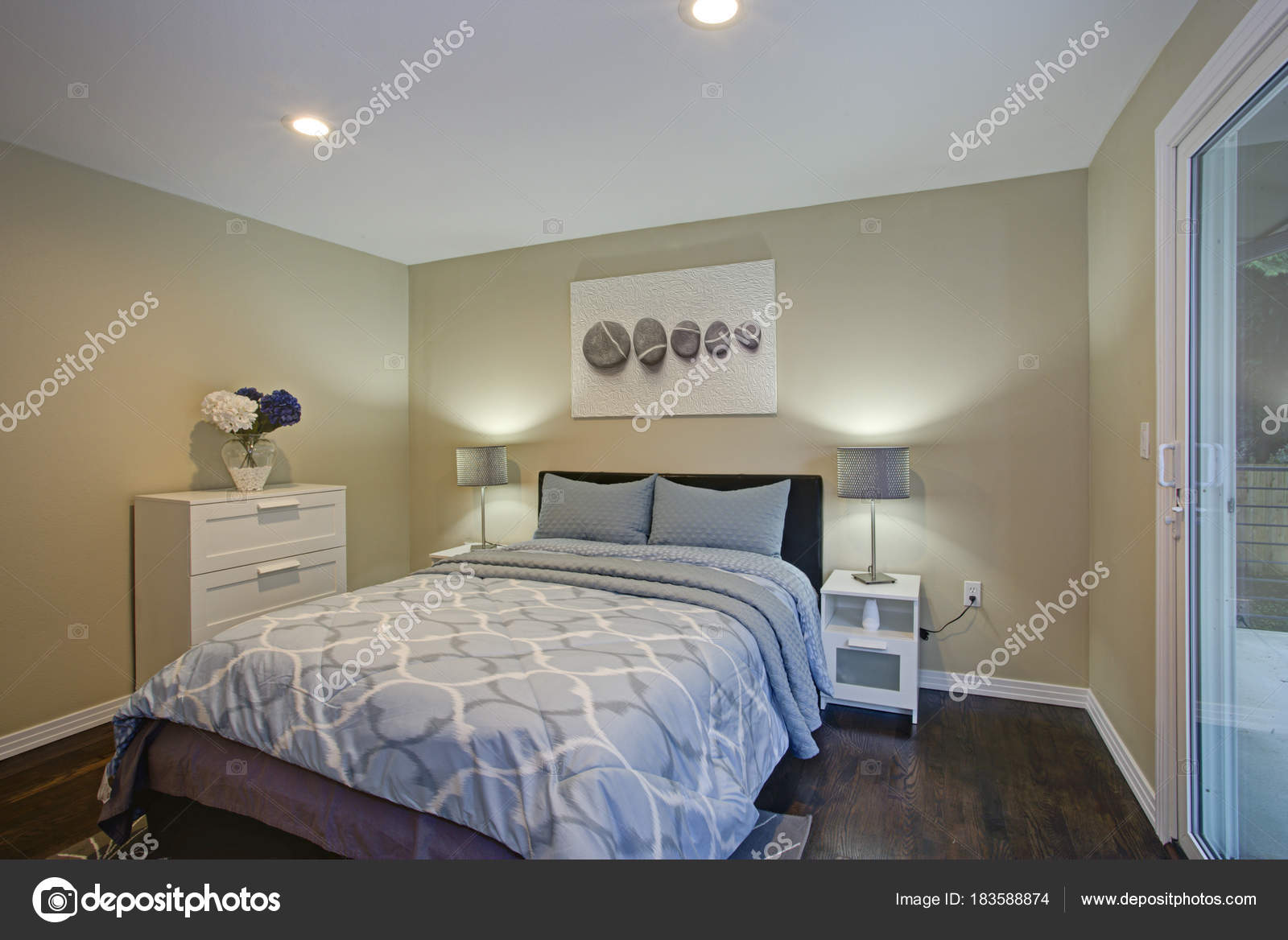 https://st3.depositphotos.com/11388938/18358/i/1600/depositphotos_183588874-stockafbeelding-tweede-etage-slaapkamer-met-taupe.jpg