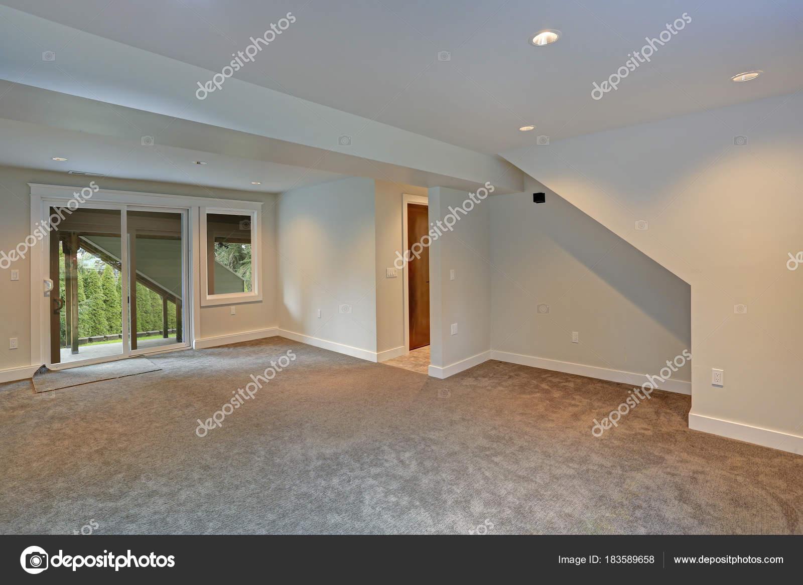 Completamente ristrutturato soggiorno con vetrate sul cortile