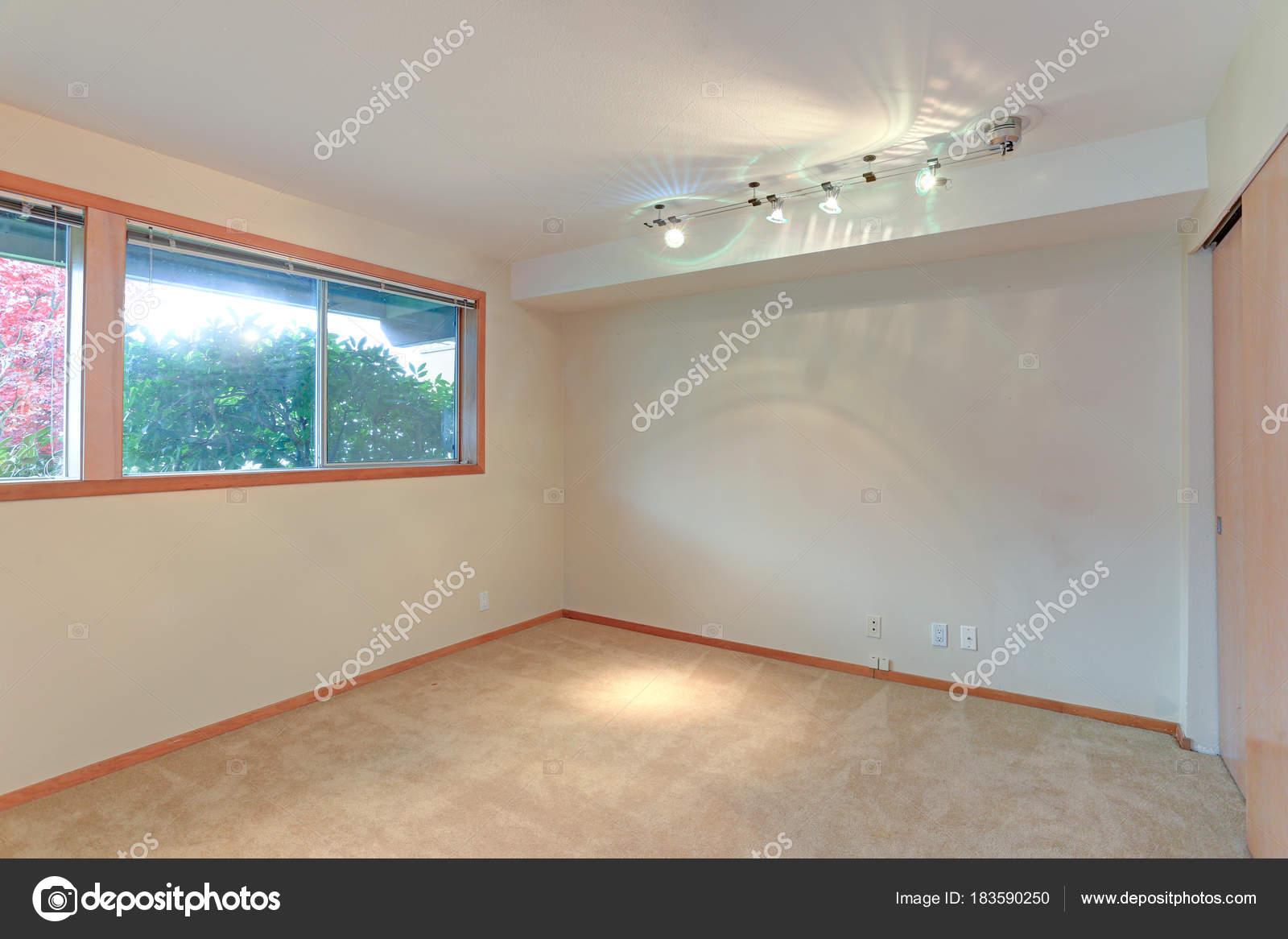 Pareti Bianche E Beige : Caratteristiche interne stanza vuota pareti bianche e pavimento in