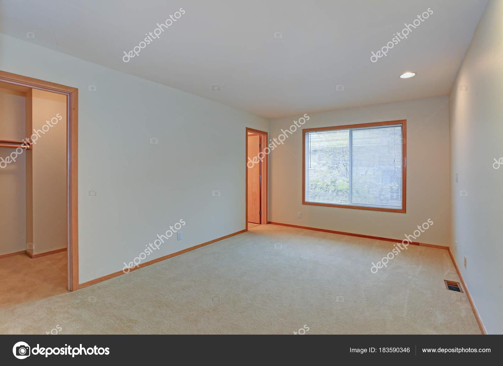Pareti Bianche E Beige : Caratteristiche interne appartamento vuoto pareti bianche e