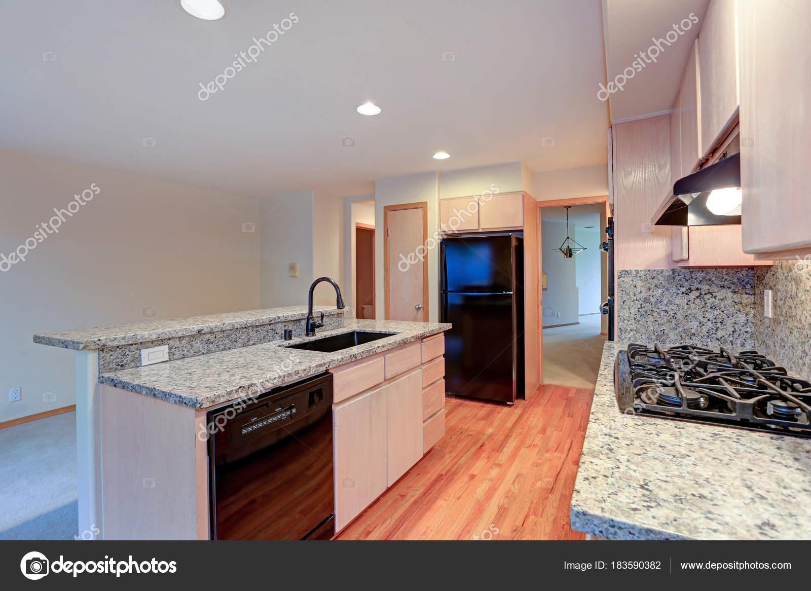 Große, offene Küche mit Granitarbeitsplatte — Stockfoto © alabn ...