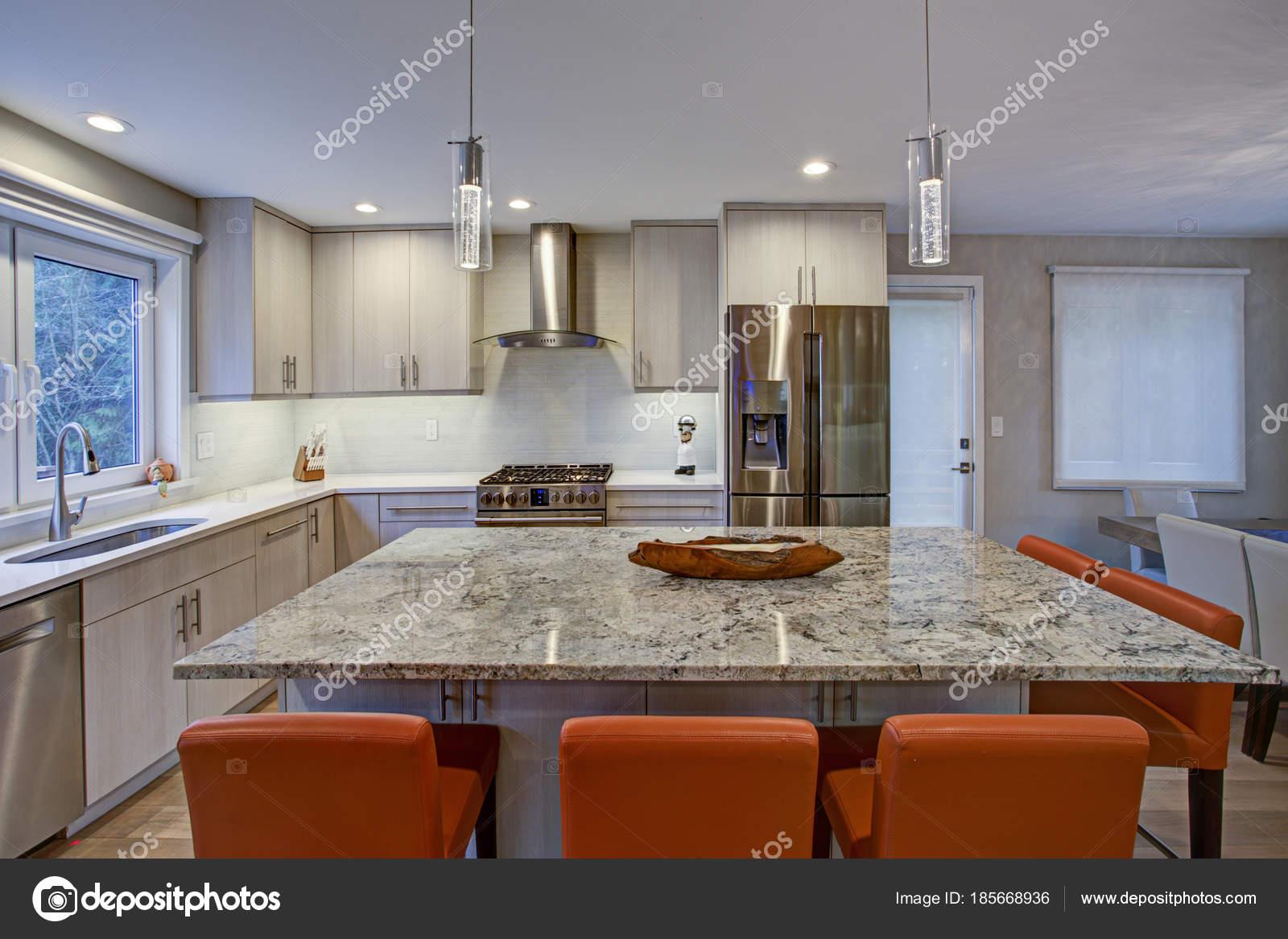 Hermosa cocina comedor con isla de cocina — Foto de stock © alabn ...