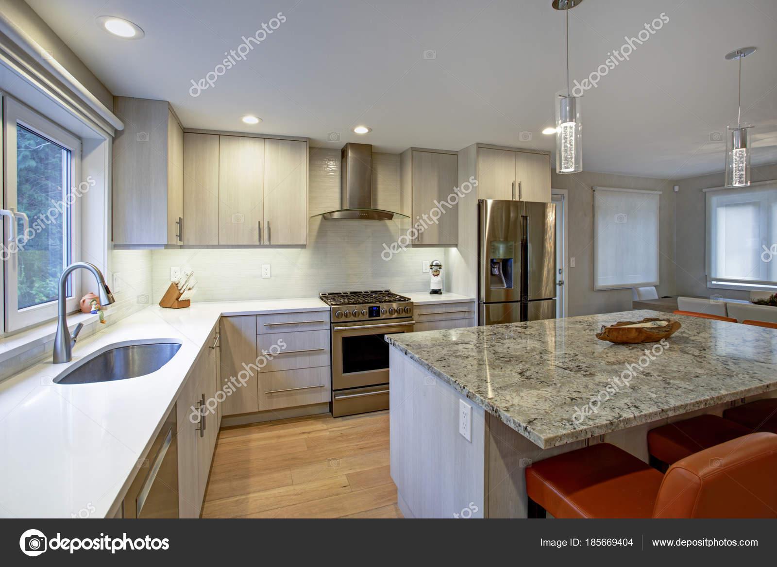 Schöne Küche mit Kochinsel — Stockfoto © alabn #185669404
