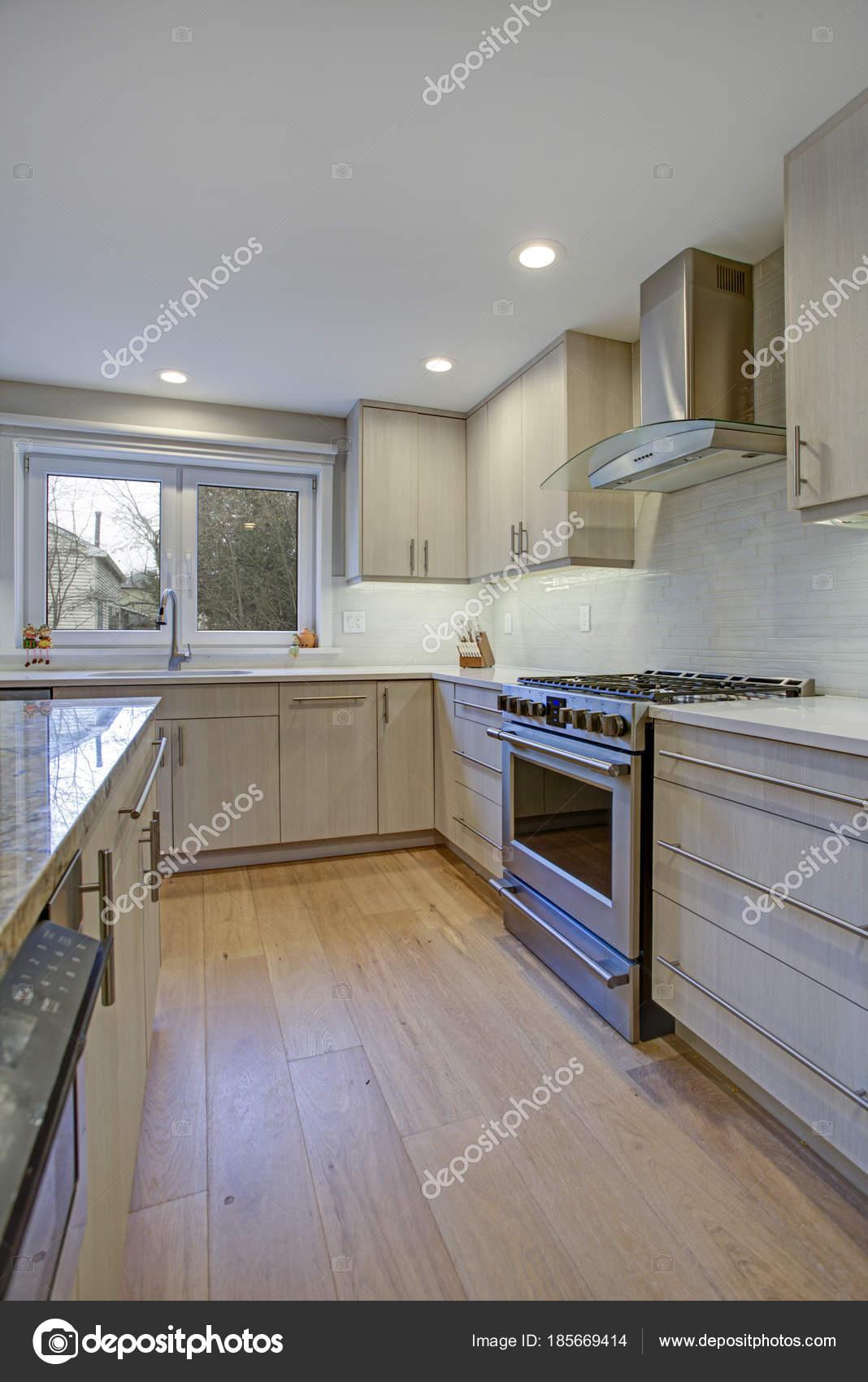 Schöne Küche mit Kochinsel — Stockfoto © alabn #185669414