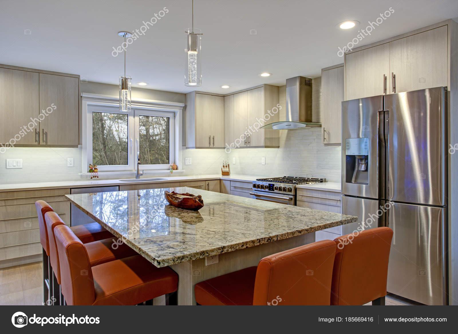 Schöne Küche mit Kochinsel — Stockfoto © alabn #185669416
