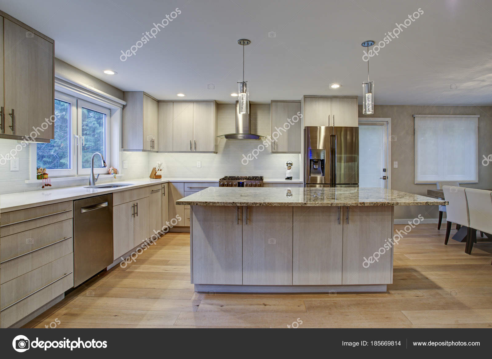 Camera bella cucina con isola di cucina — Foto Stock © alabn #185669814