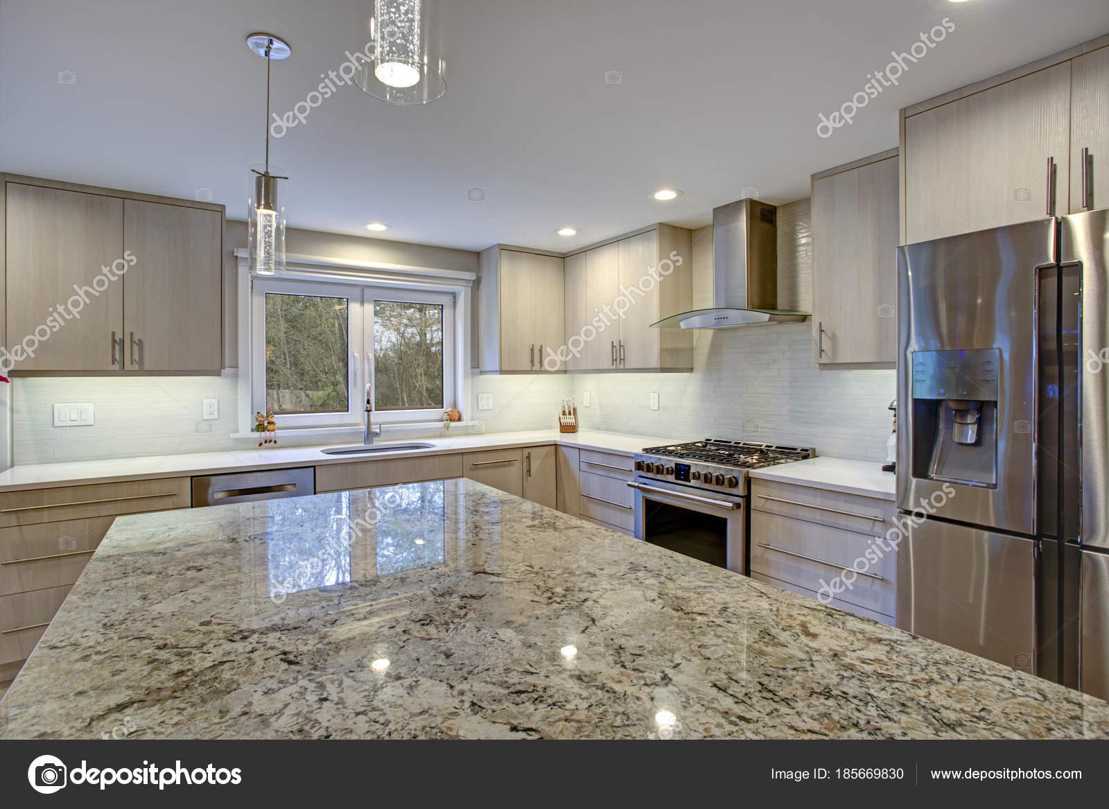 Schöne Küche mit Kochinsel — Stockfoto © alabn #185669830