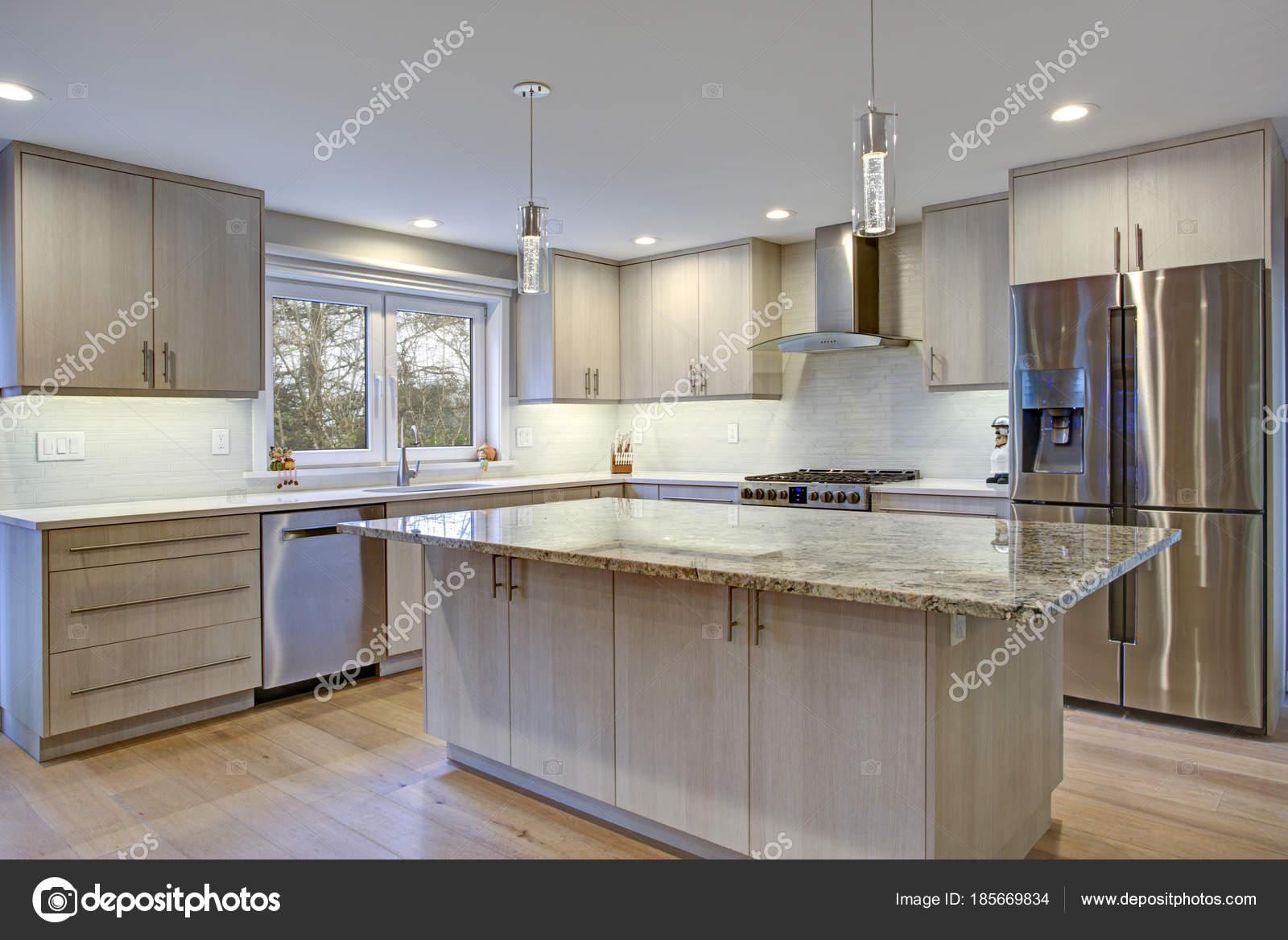 Camera bella cucina con isola di cucina — Foto Stock © alabn #185669834