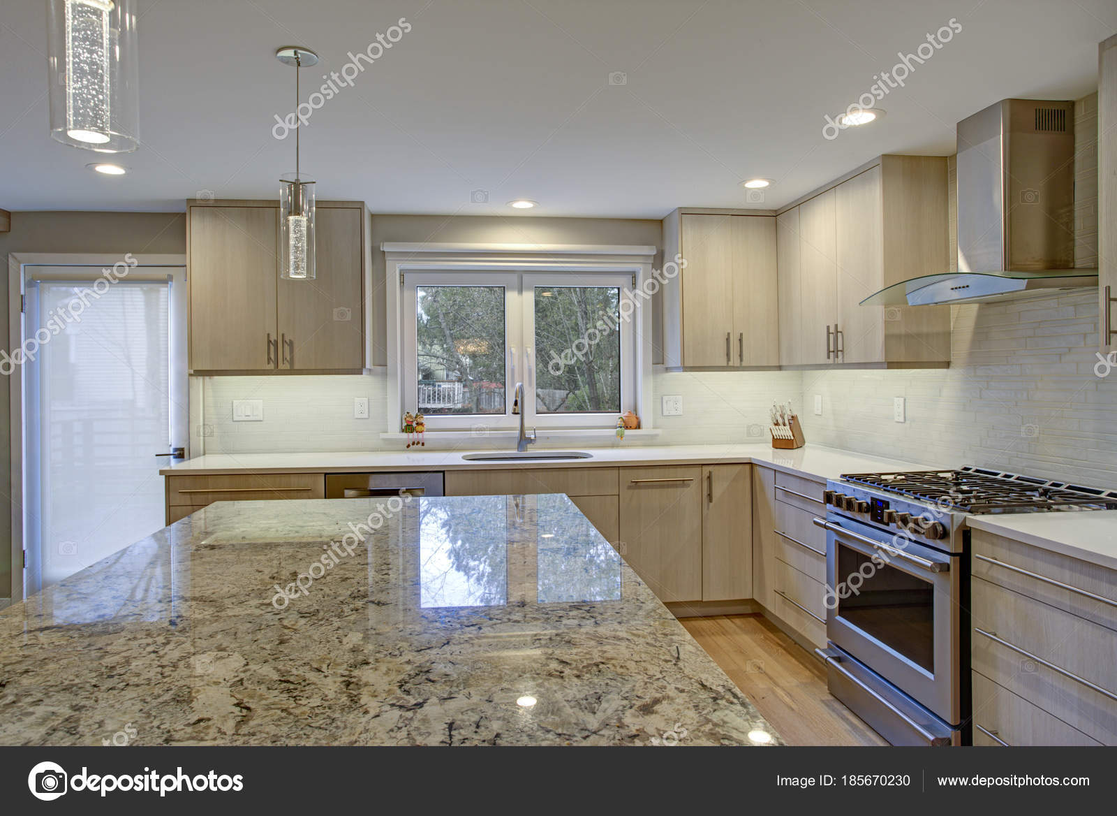 Schöne Küche mit Kochinsel — Stockfoto © alabn #185670230