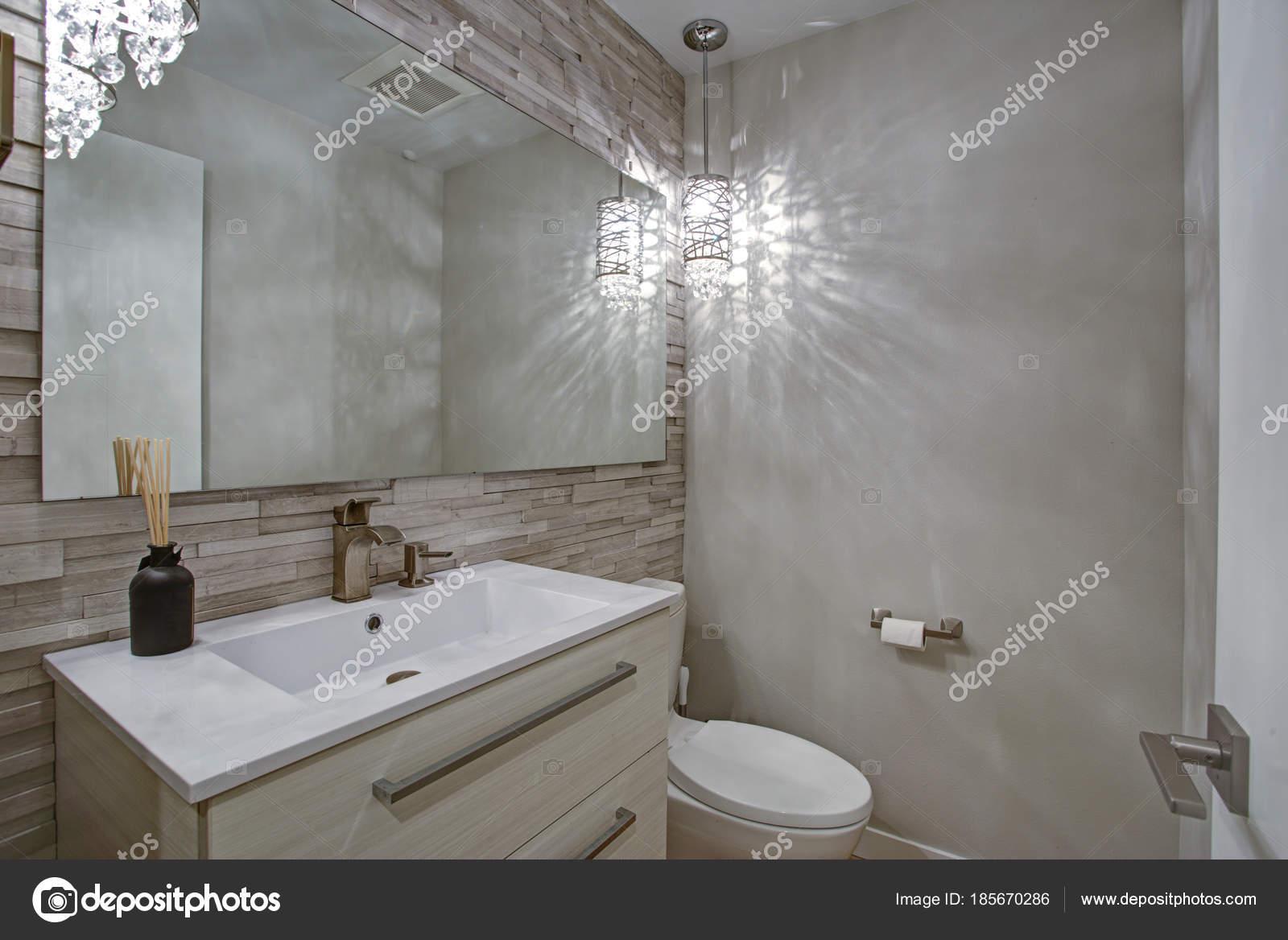 Moderne badkamer ontwerp met taupe lineaire tegels accent muur ...