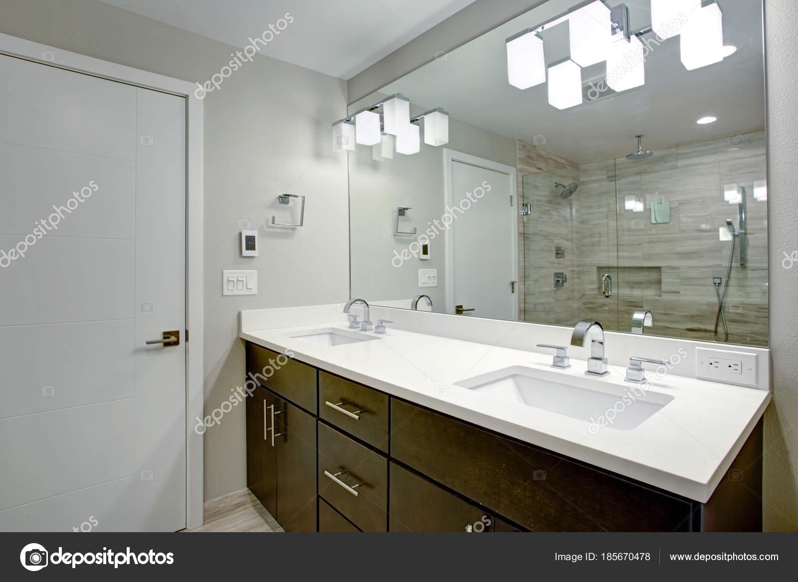 Simpel Pure Badkamer : Elegante badkamer met dubbele ijdelheid van espresso u stockfoto
