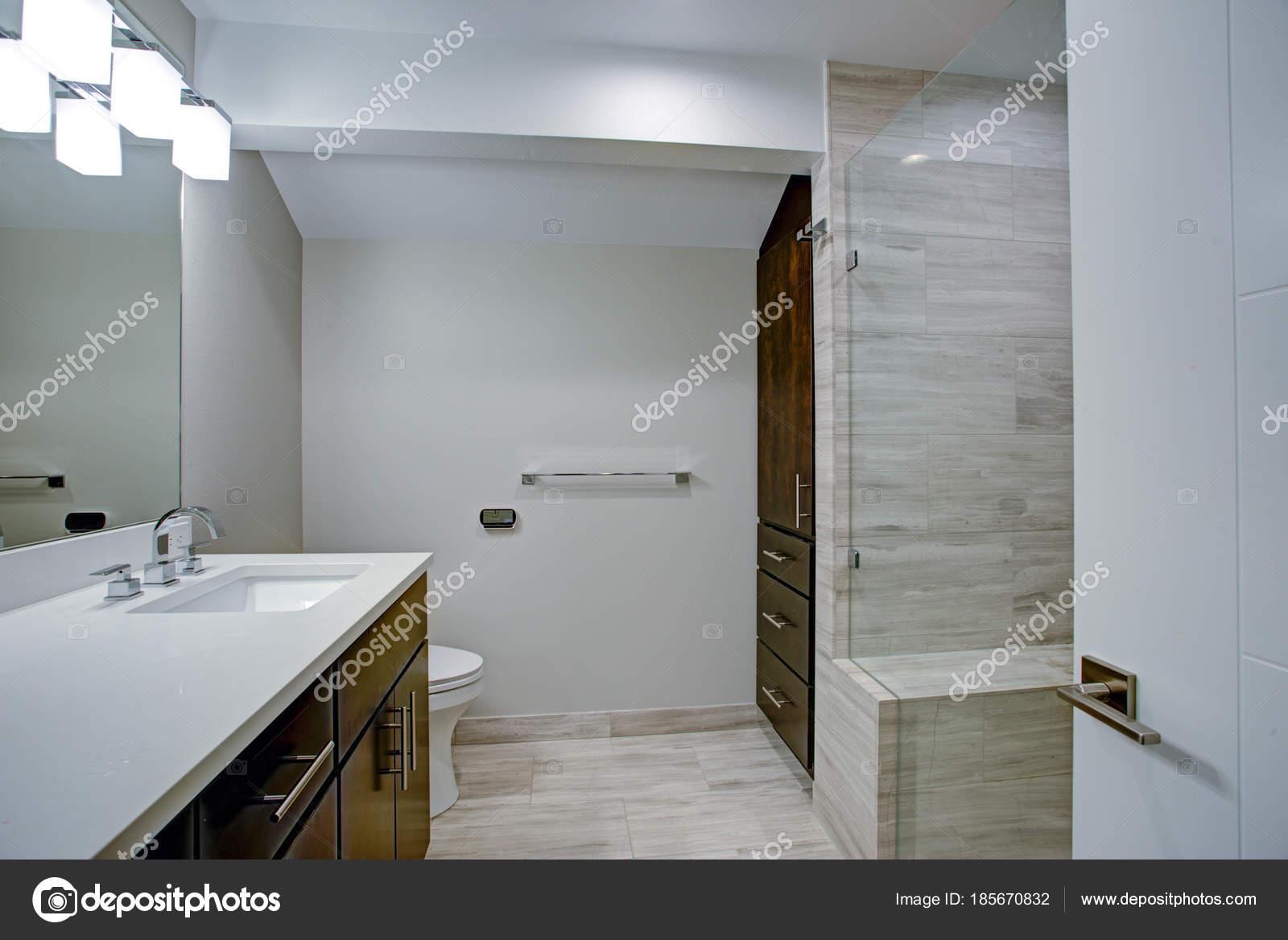 Elegante bagno con pavimento in marmo bagno u2014 foto stock © alabn