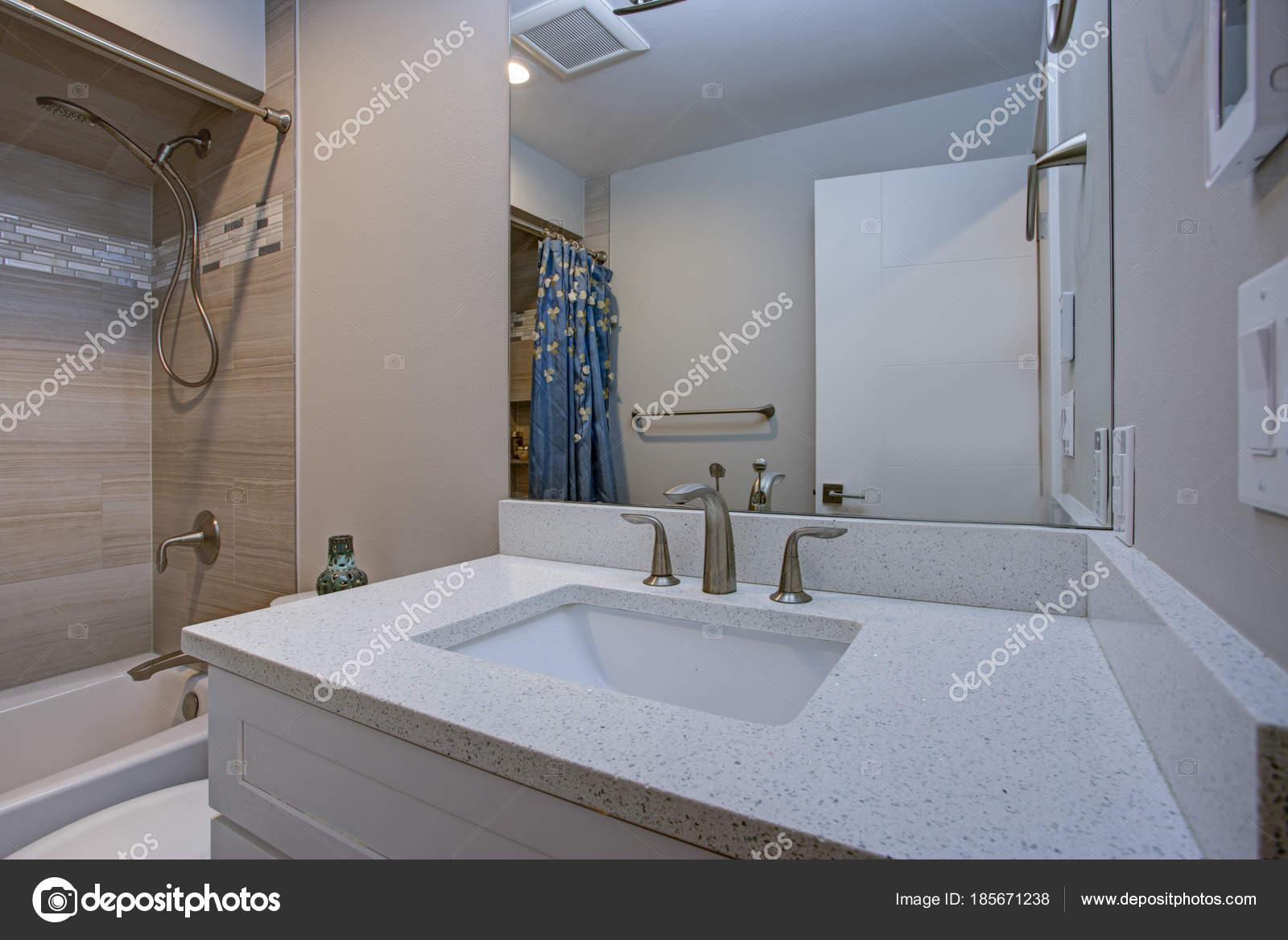 Marmeren Badkamer Vloer : Elegante badkamer met marmeren badkamervloer u2014 stockfoto © alabn
