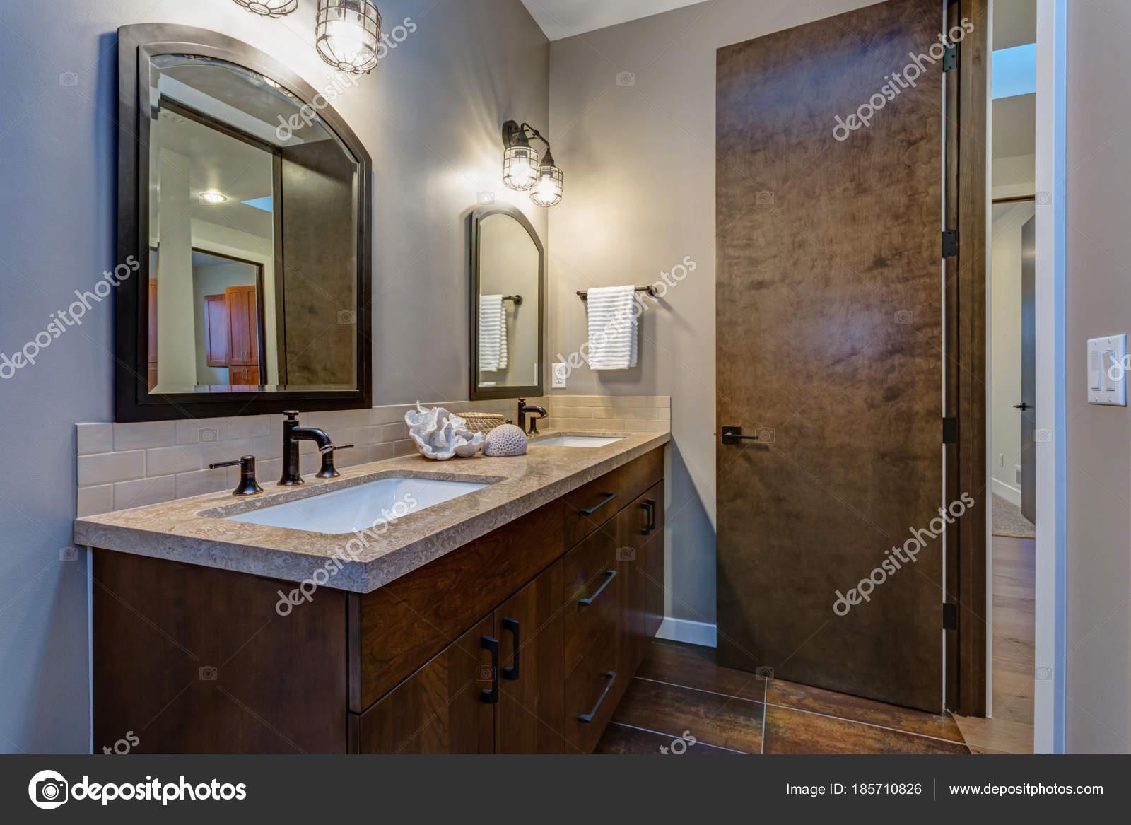 Interior del cuarto de baño elegante con doble gabinete de la ...