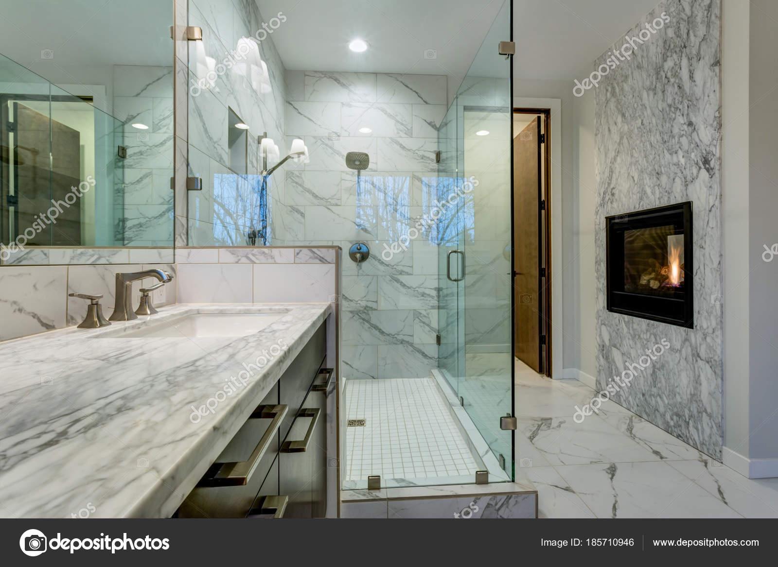 Ongelooflijke marmeren badkamer met open haard u2014 stockfoto © alabn
