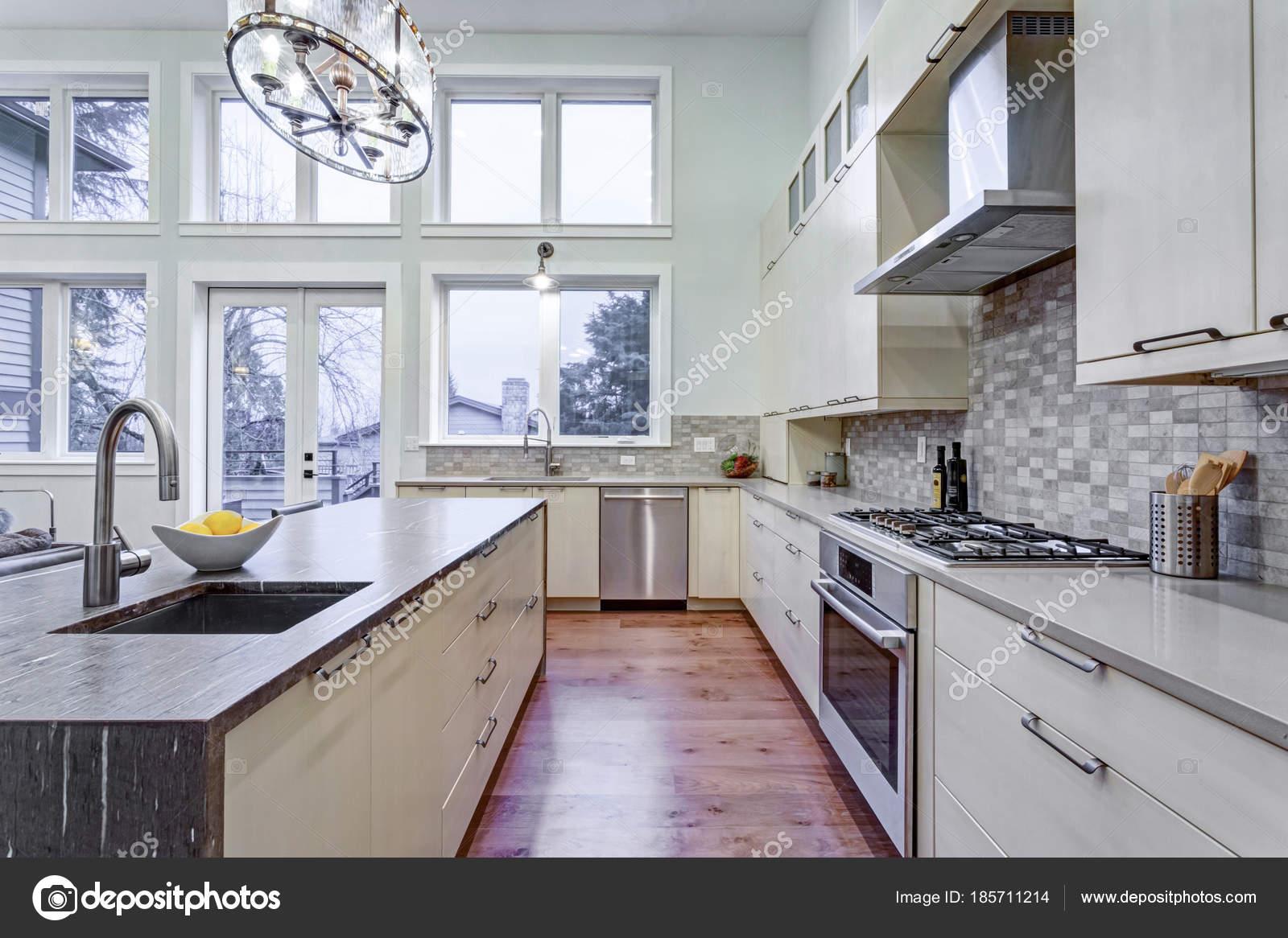 Moderne weiße Küche mit hochwertigen Küchengeräten — Stockfoto ...