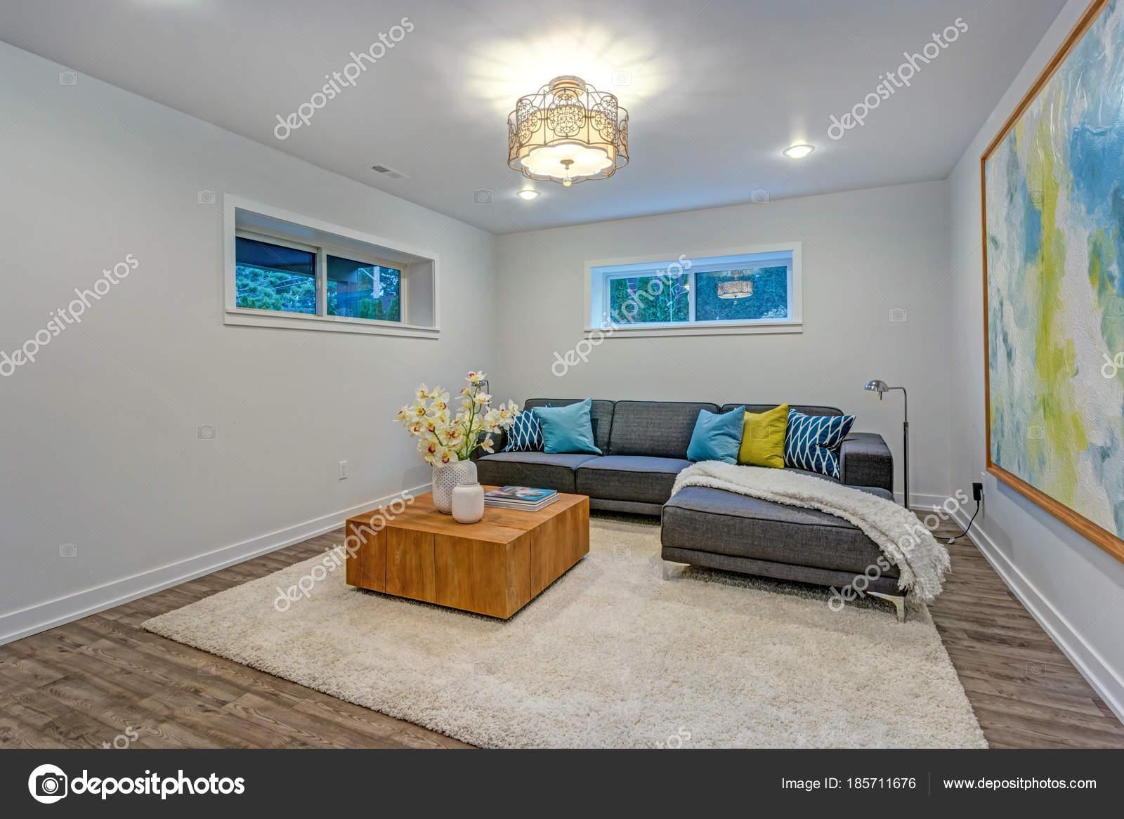 Helle moderne Familienzimmer Interieur mit blauen Kissen auf dem ...