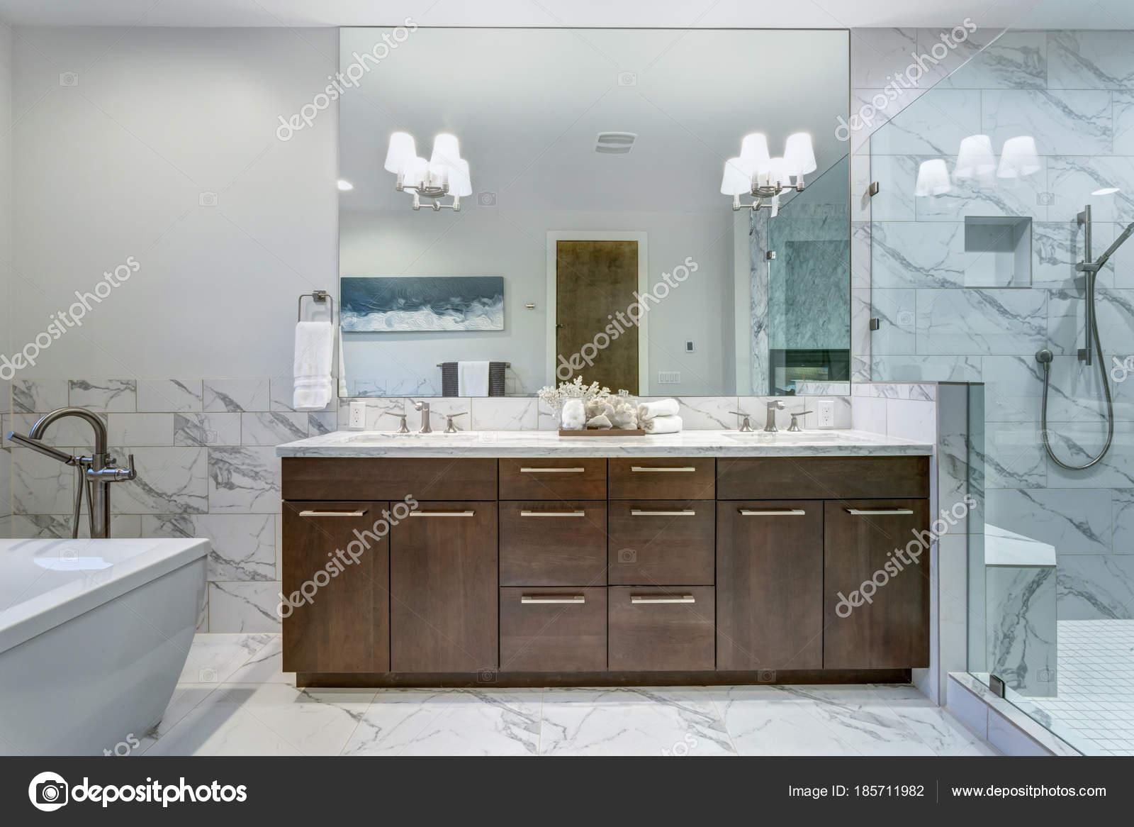 Bagni In Marmo Di Carrara : Incredibile bagno padronale con surround di mattonelle di marmo di