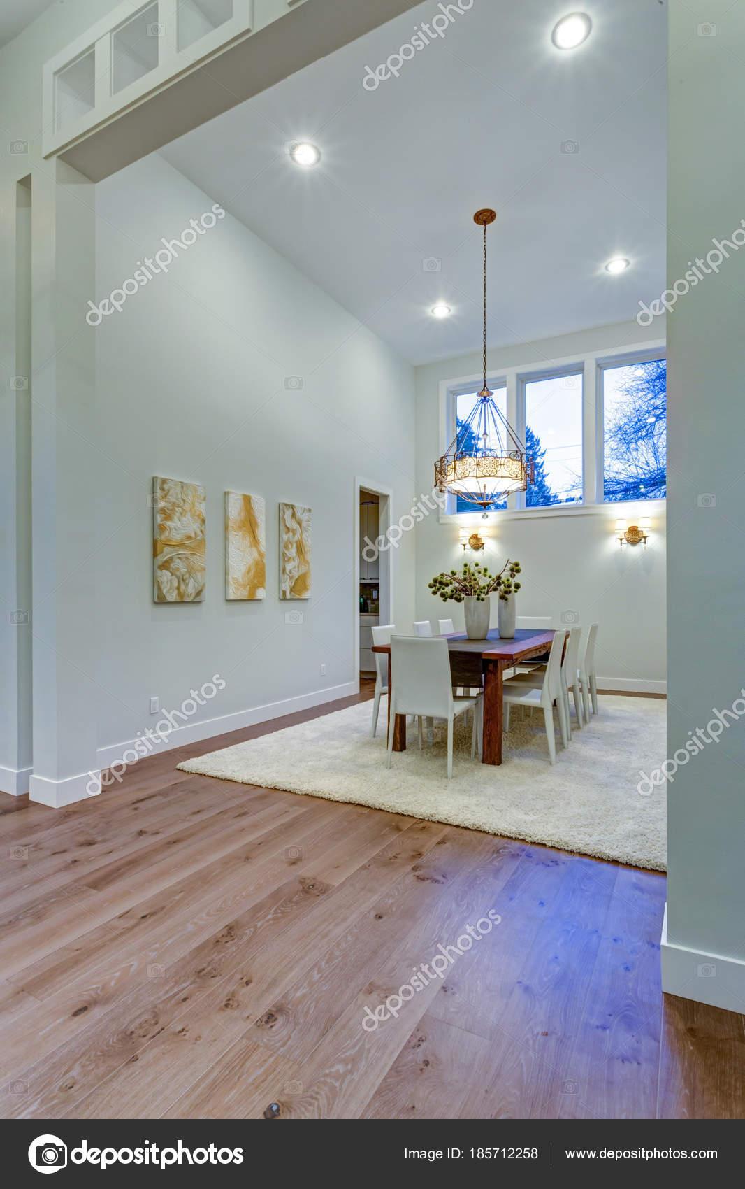 Neue benutzerdefinierte gebaut Hause bietet geräumigen Essbereich ...