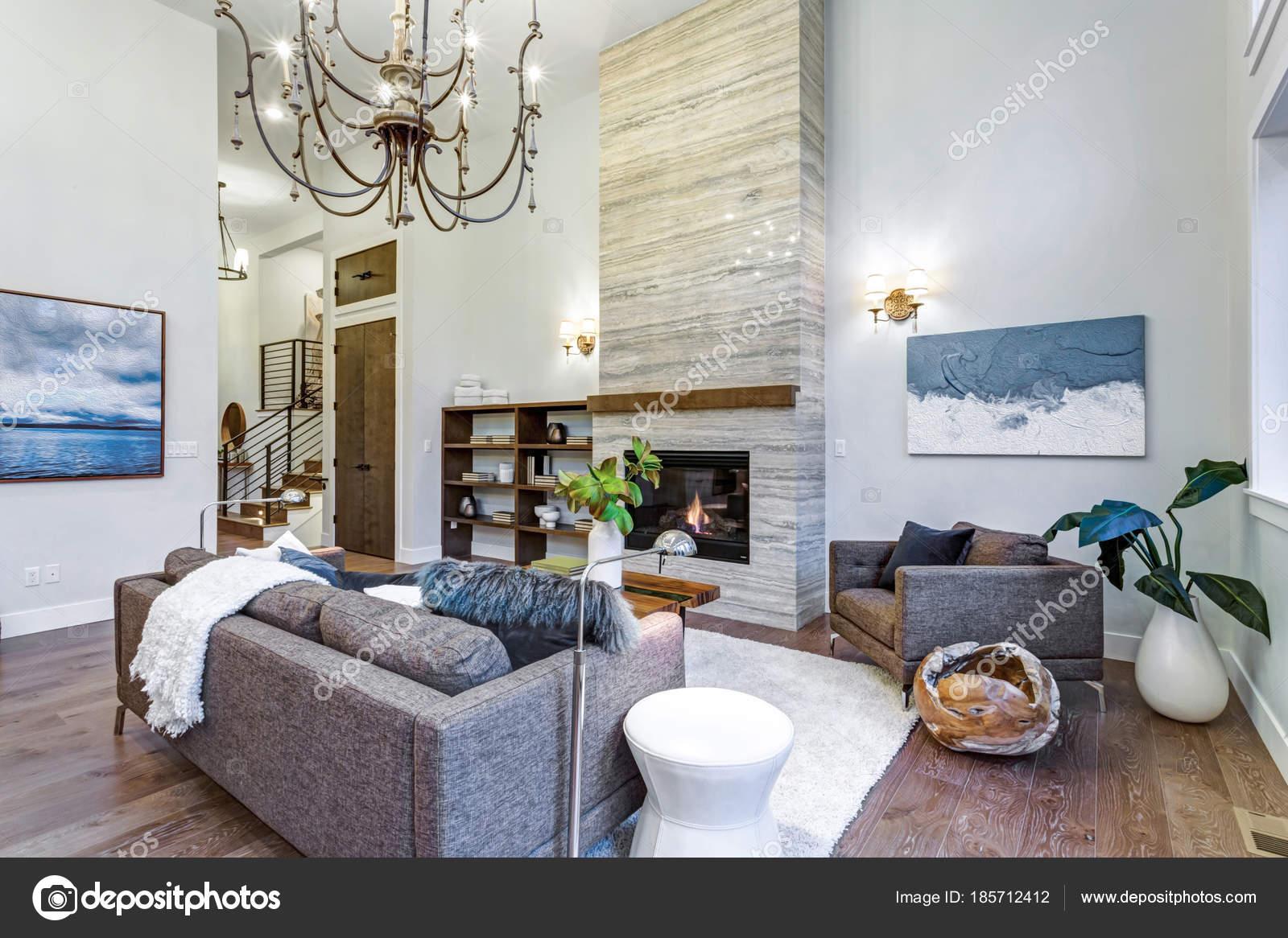 Ongelooflijk licht en luchtige woonkamer met hoog plafond in een ...