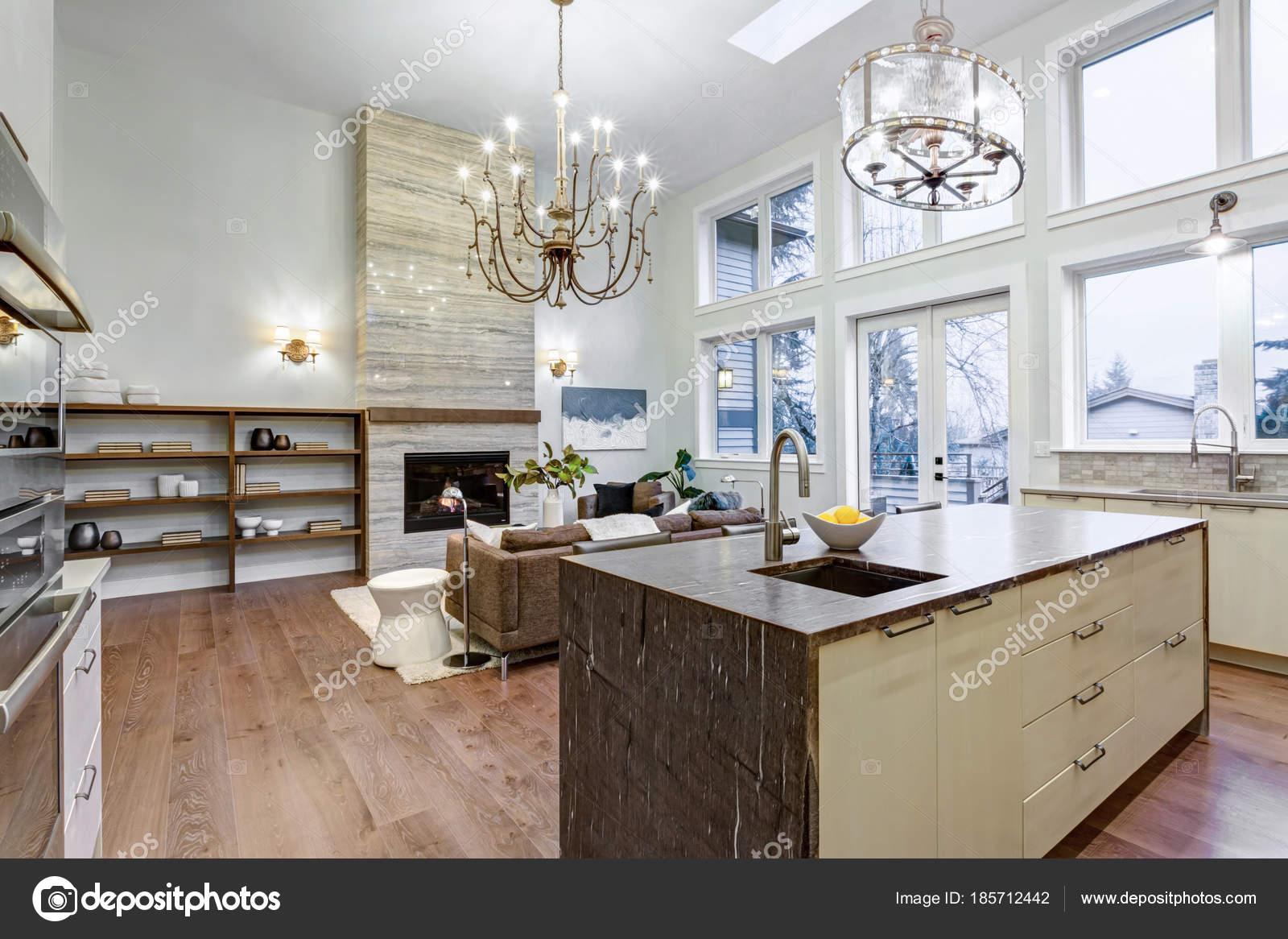 Unglaublich helle und luftige Wohnzimmer mit hohen Decken in einem ...