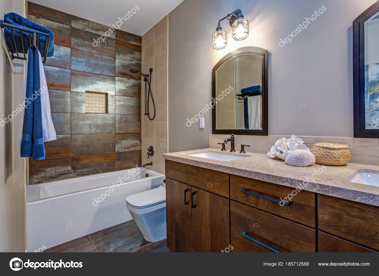 Interior del cuarto de baño elegante con doble gabinete de ...
