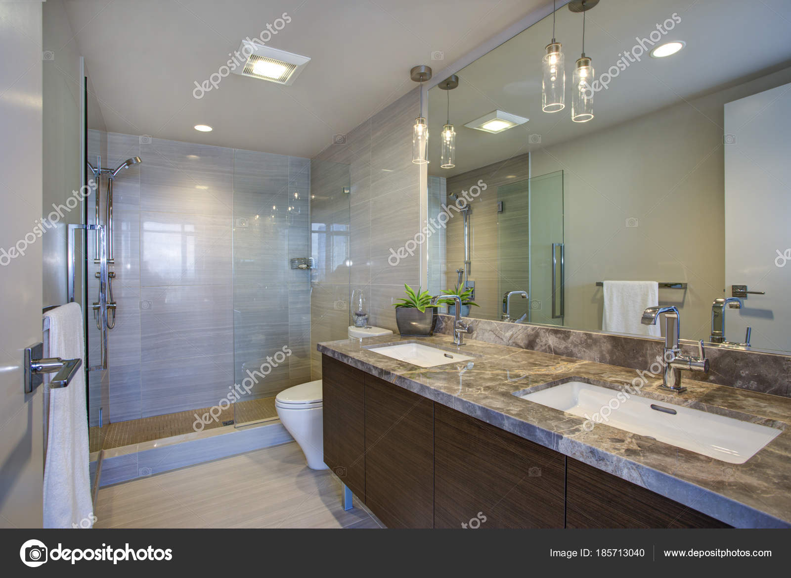 Immeubles de grande hauteur maître salle de bains moderne avec ...