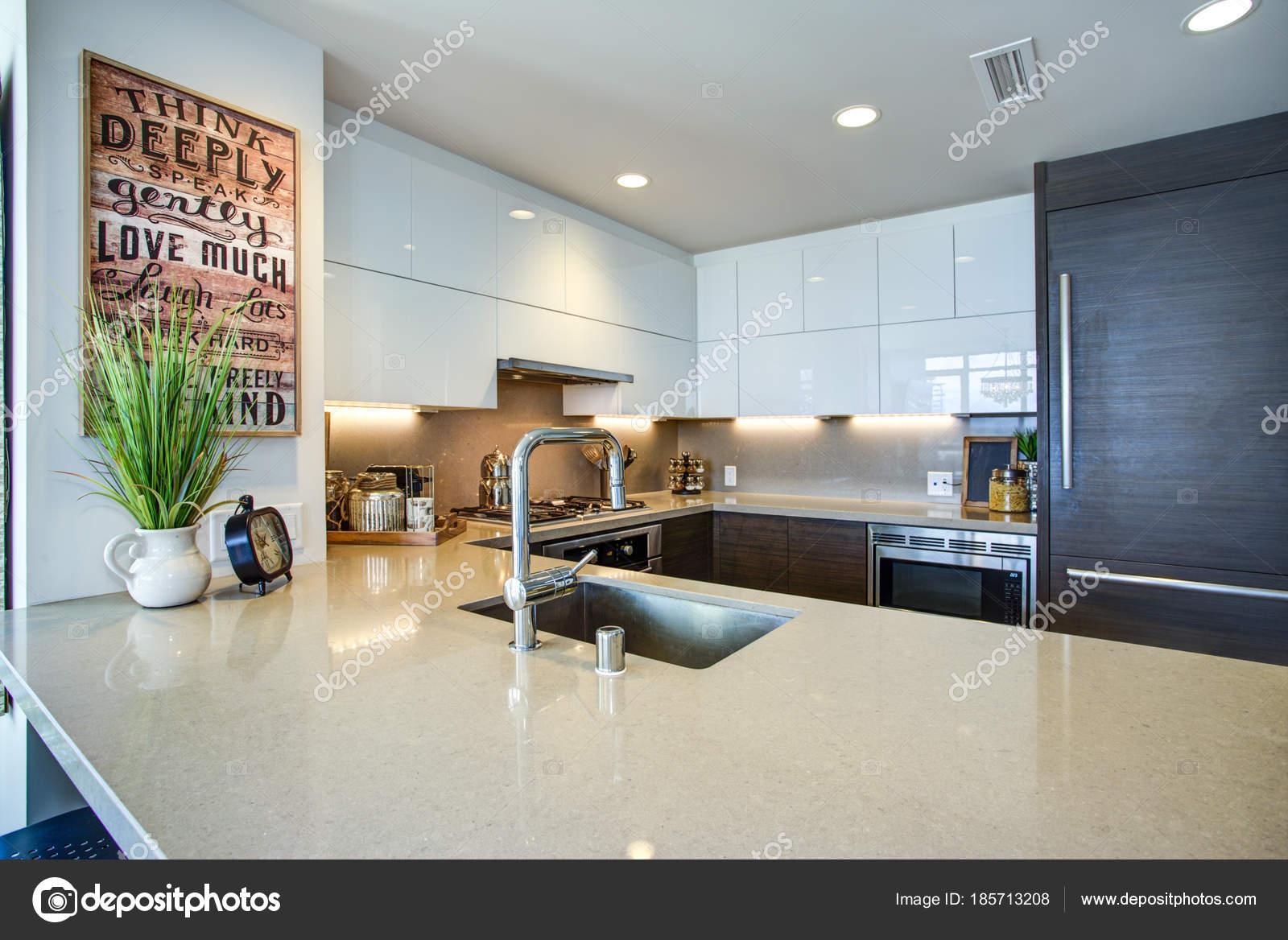 Moderne geräumige Koch Küchendesign mit weißen und schwarzen ...