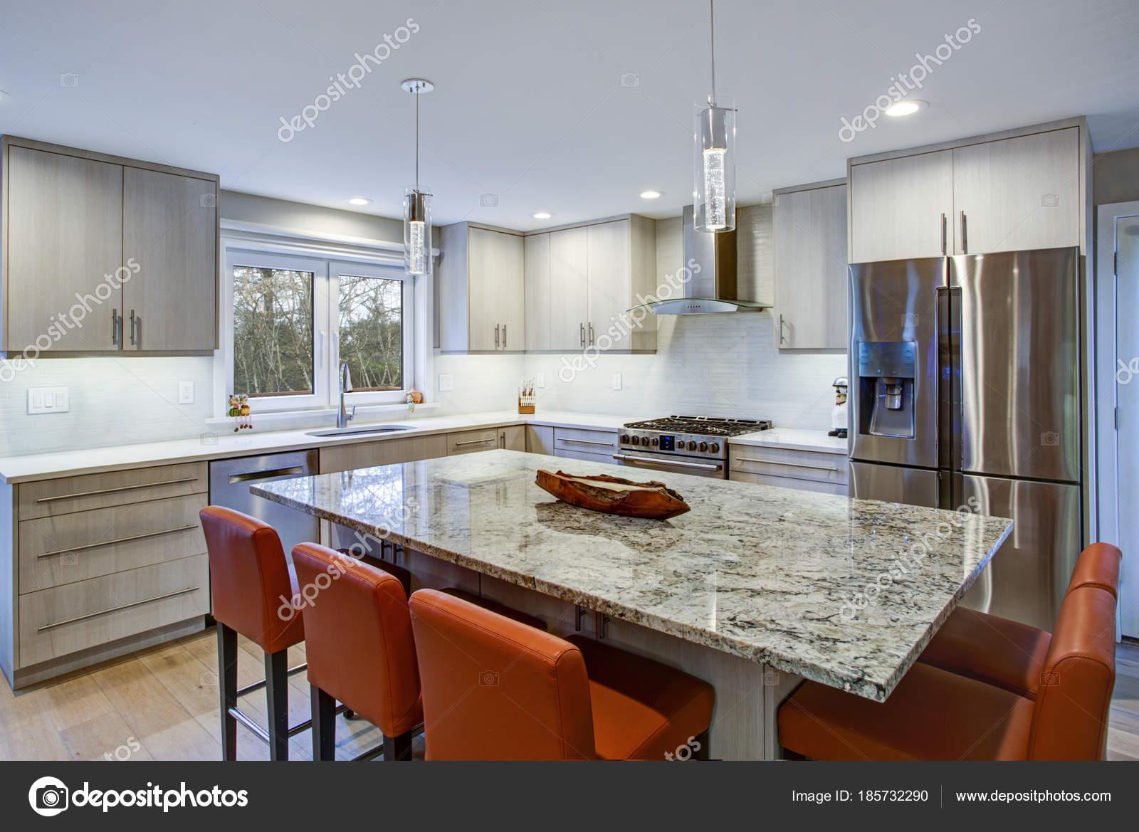 Schöne Küche mit Kochinsel — Stockfoto © alabn #185732290
