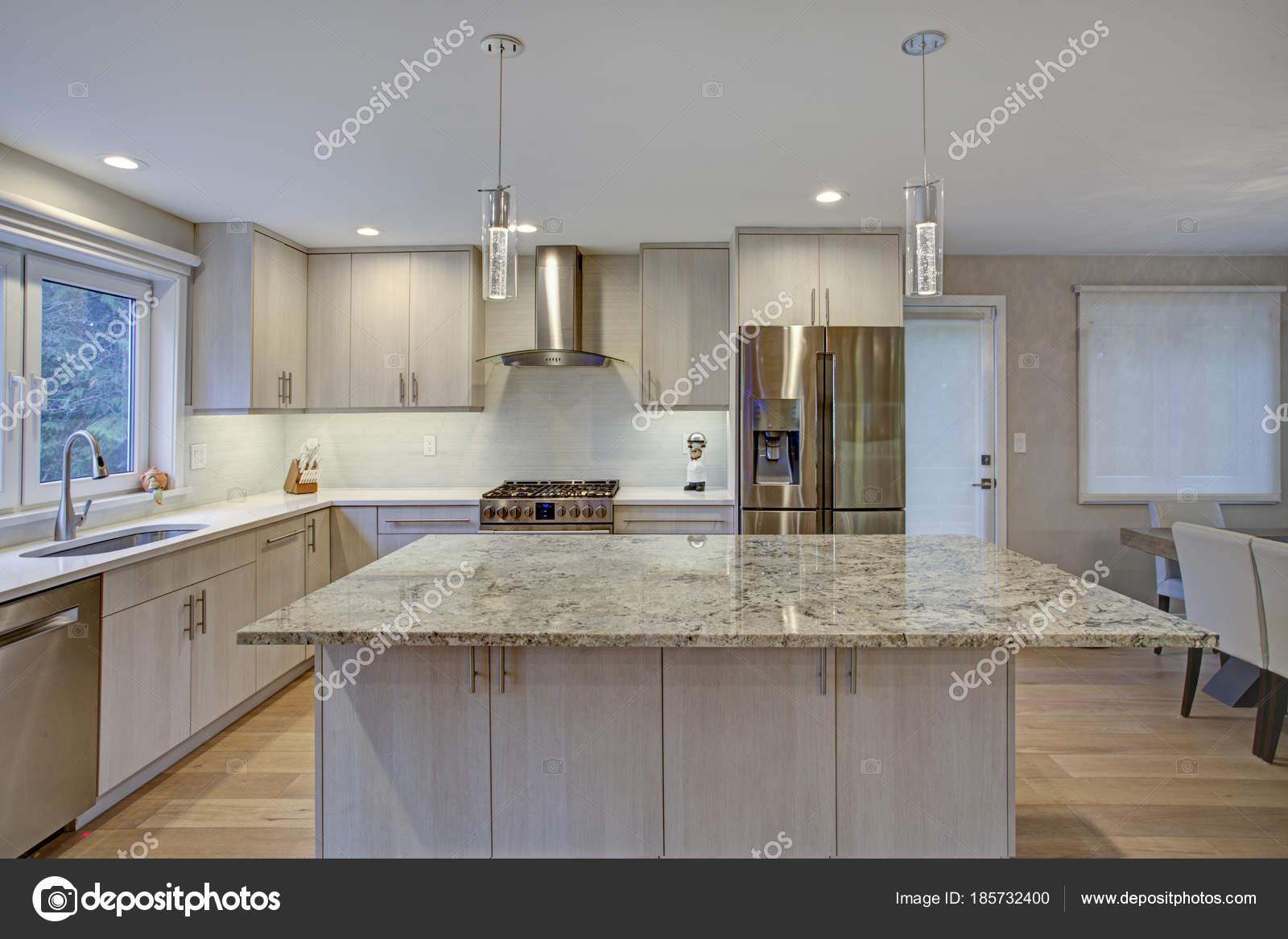 Schöne Küche mit Kochinsel — Stockfoto © alabn #185732400