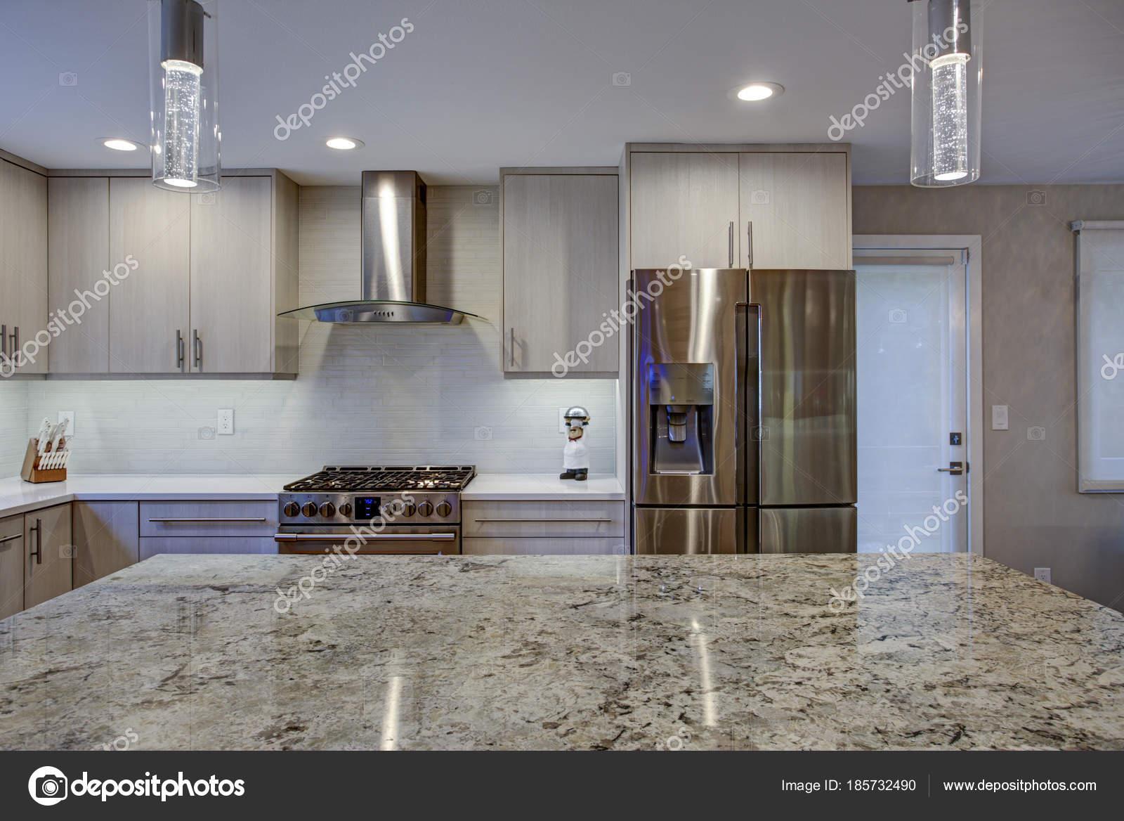 Camera bella cucina con isola di cucina — Foto Stock © alabn #185732490