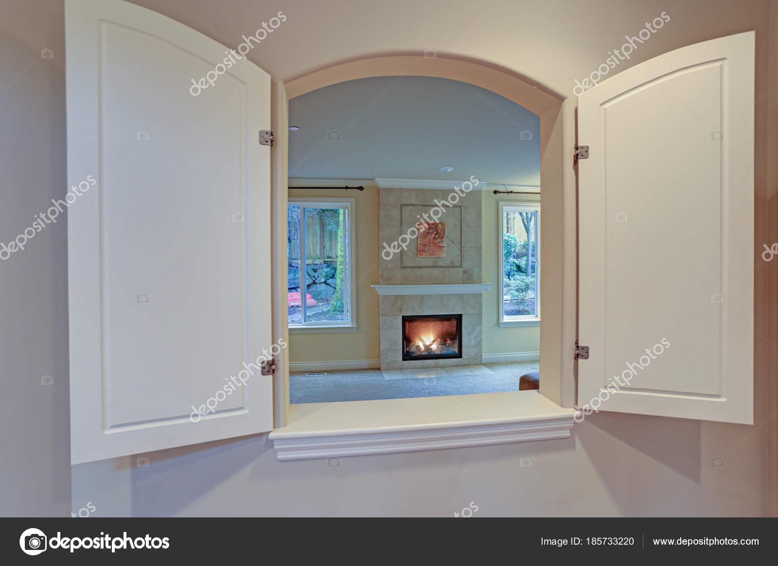 Cucina passa attraverso la finestra si apre su un soggiorno u2014 foto