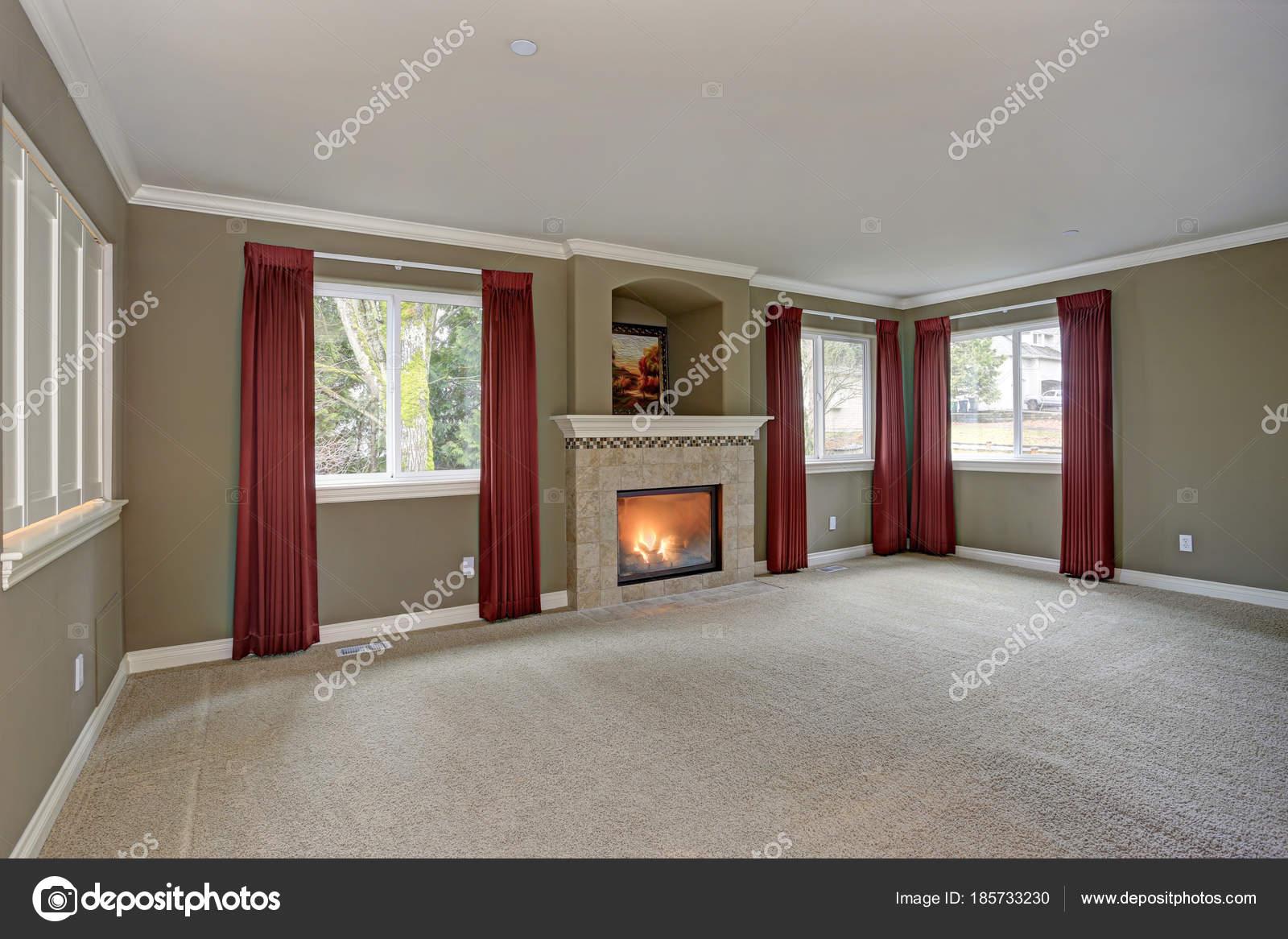 Grand salon rouge et gris avec hauteur sous plafond ...