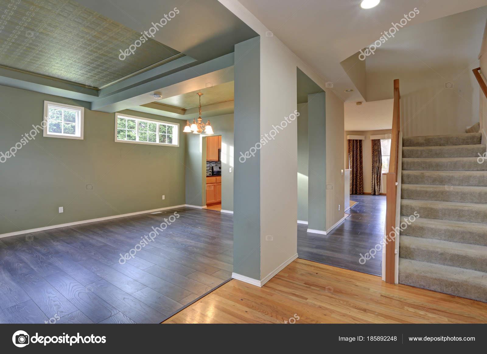 Dunkler Fußboden Im Wohnzimmer ~ Geräumigen leeren innenraum mit dunklen grauen hartholz fußboden