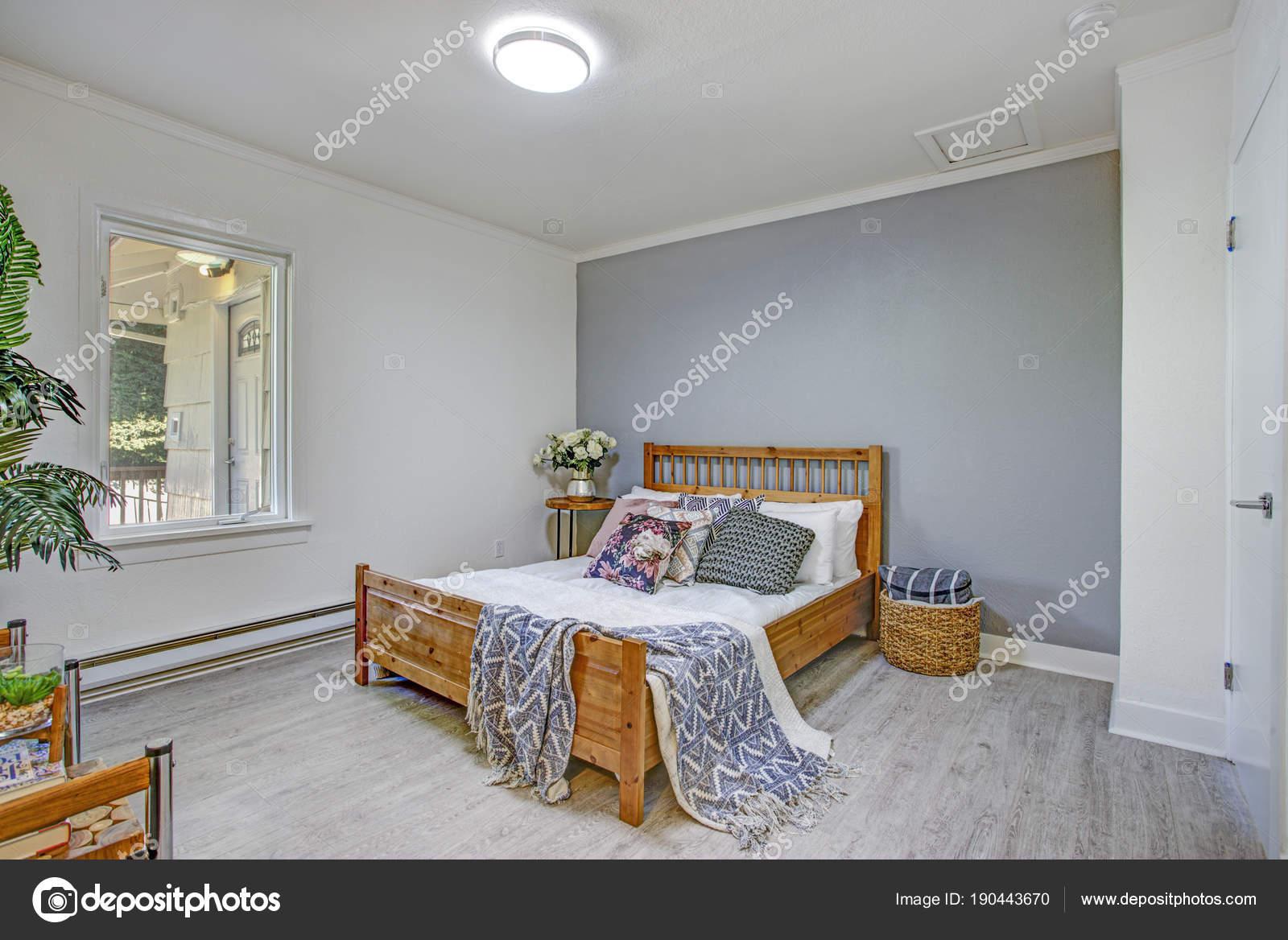 Urocze Sypialnia Posiada Białe I Szare ściany Zdjęcie