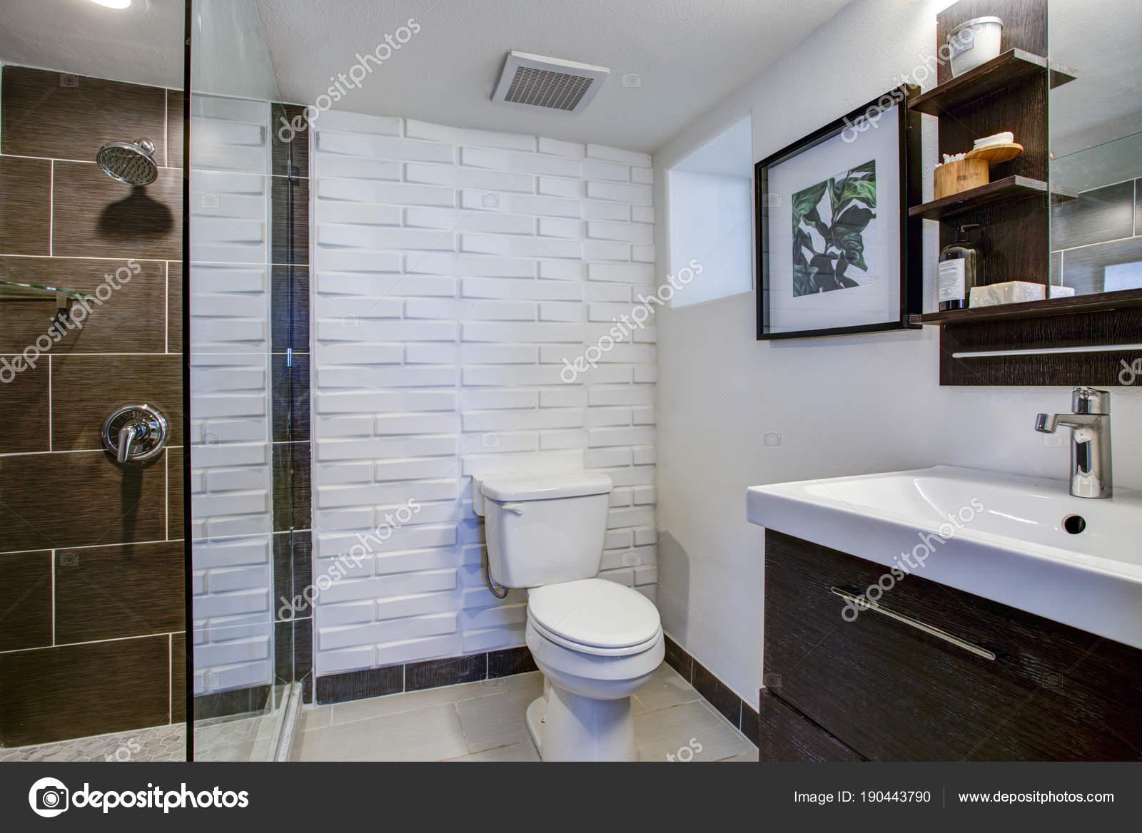 Intérieur de la salle de bain marron et blanc — Photographie ...