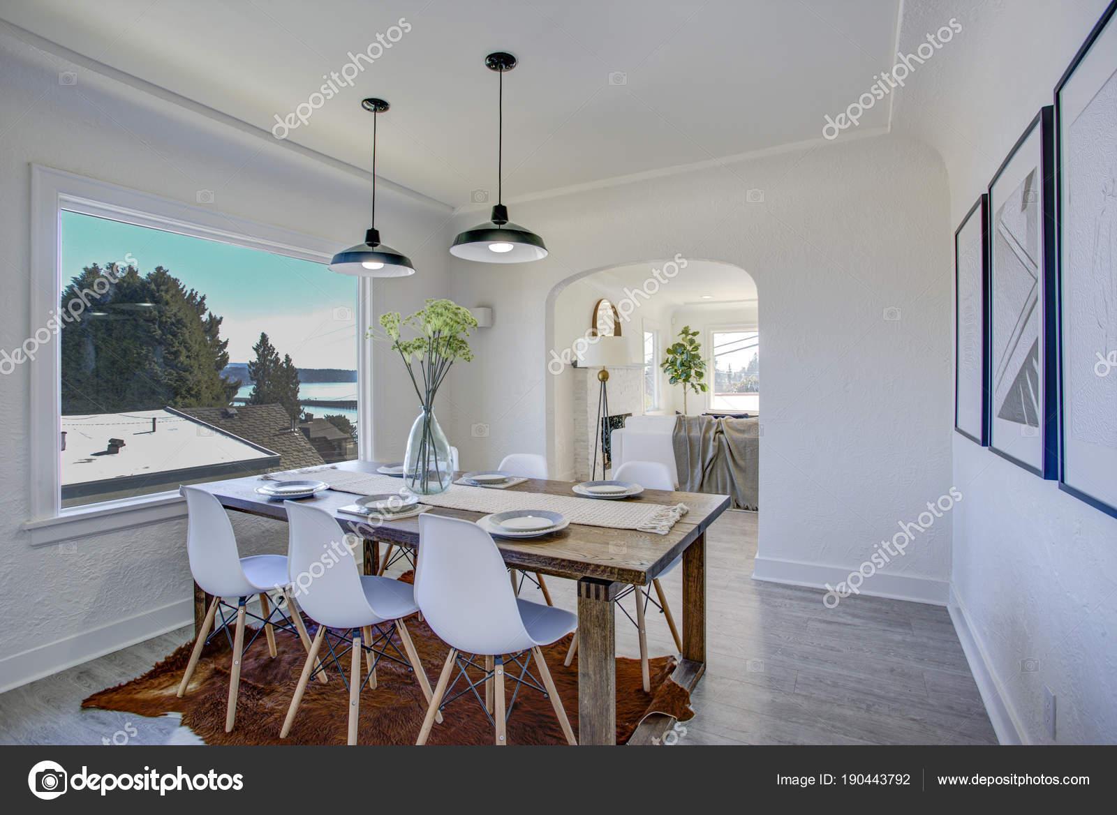 Tavoli Sala Da Pranzo In Legno : Sala da pranzo con tavolo in legno e pareti bianche u foto stock