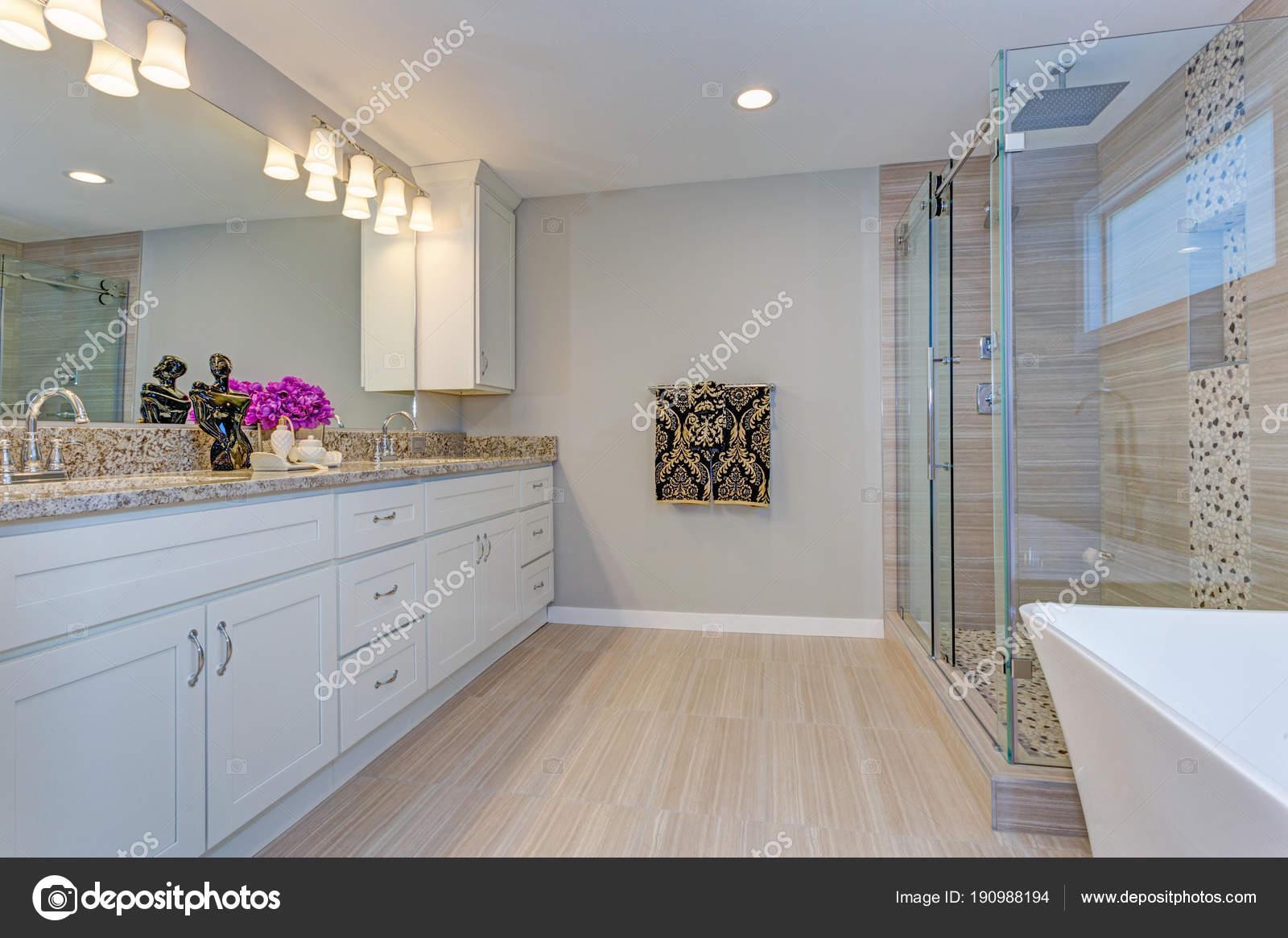 Helle Moderne Badgestaltung Mit Langen Weissen