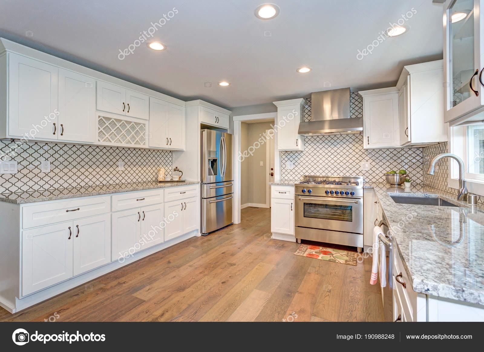 Splendida cucina bianca con marocchino piastrelle backsplash
