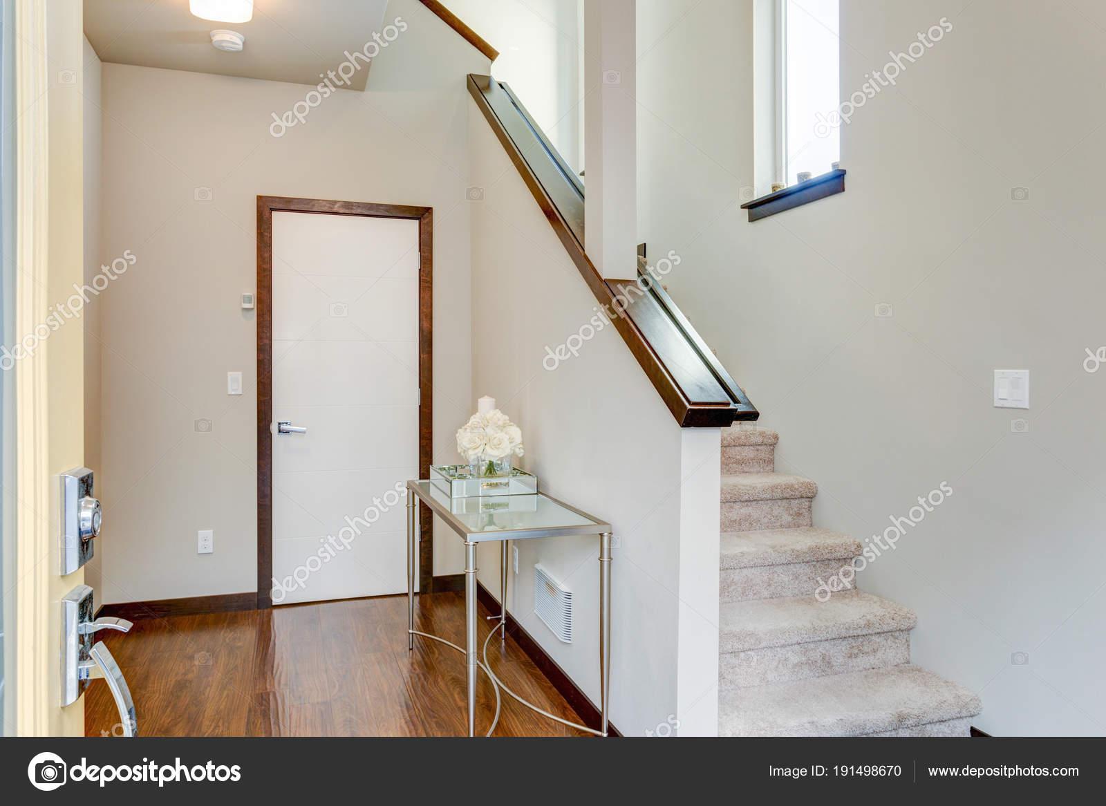 Hall d\'entrée avec des murs blancs et escalier — Photographie alabn ...