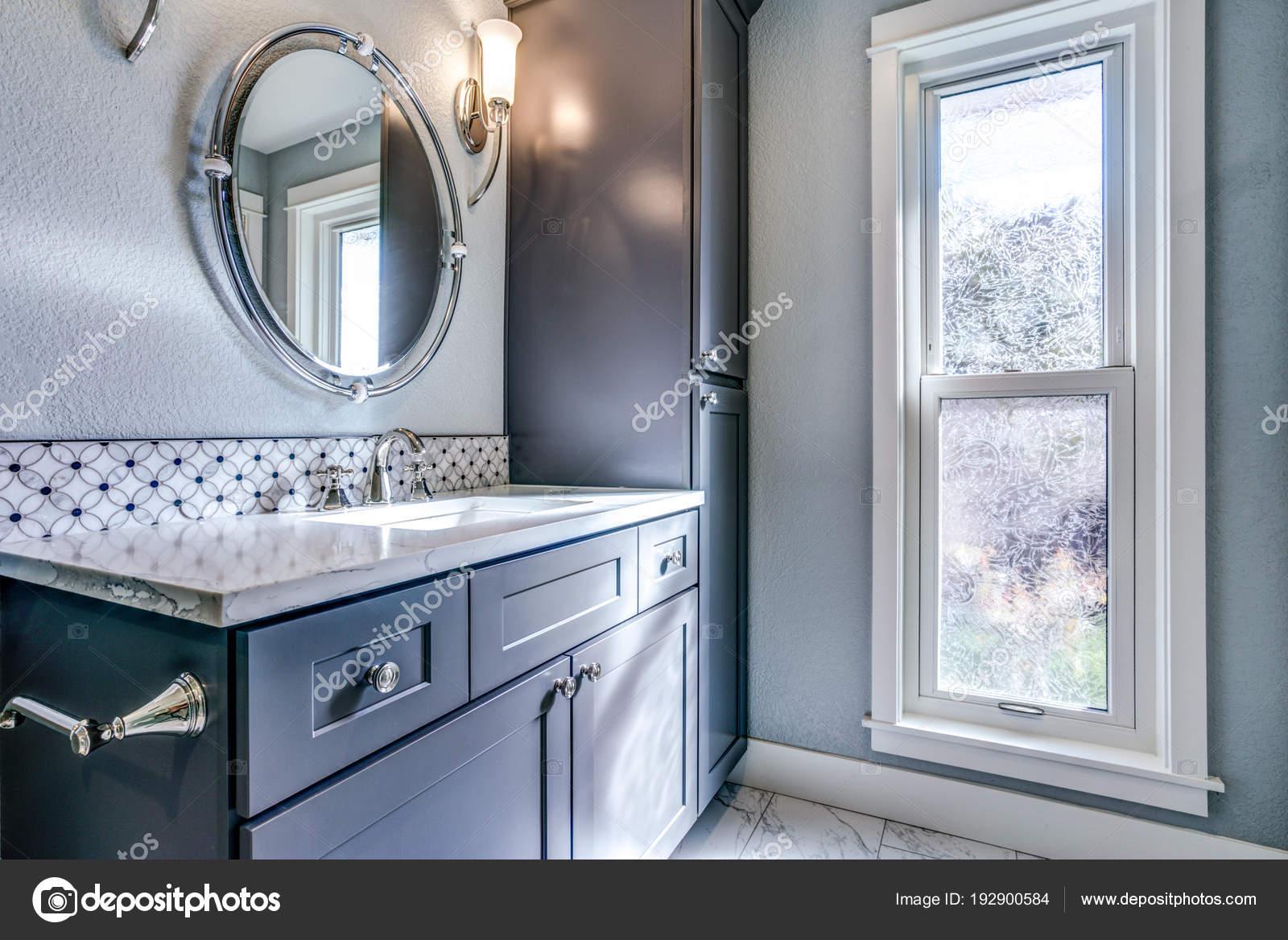 Nuovo design blu bagno con piastrelle a mosaico accento u foto