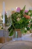 Hochzeitstisch mit frischen Blumen