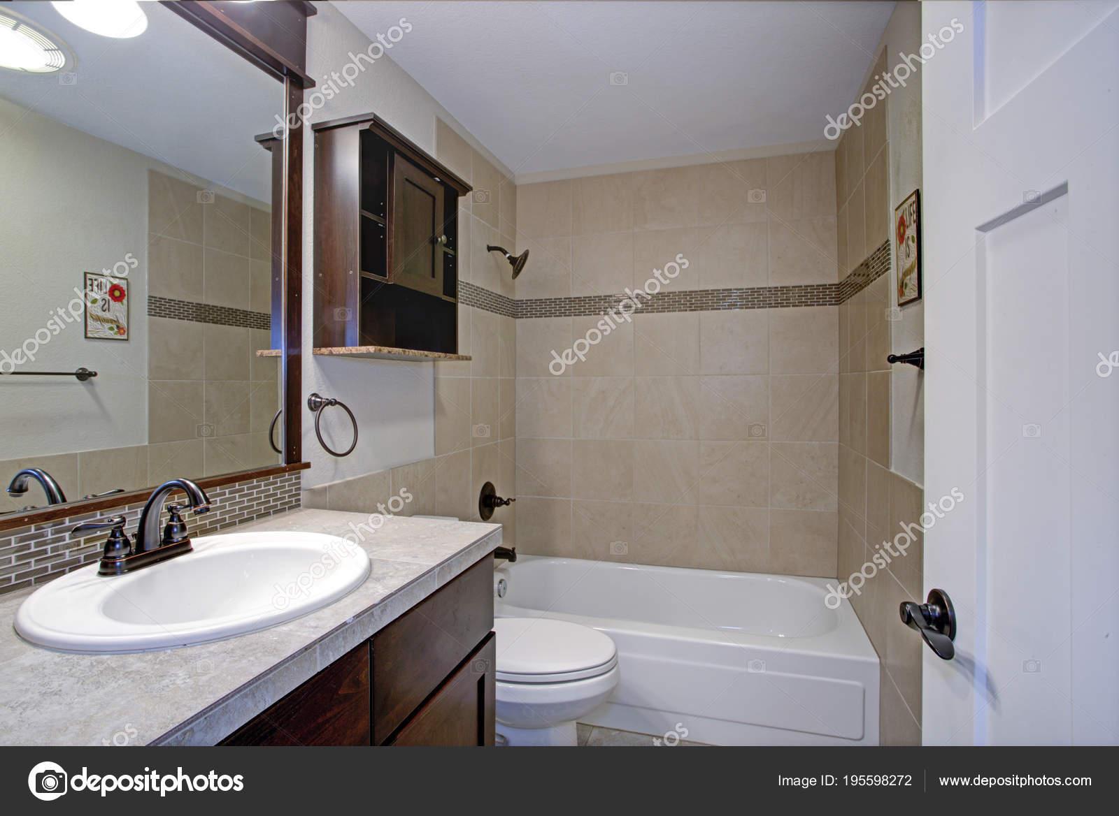 Bagno classico con piastrelle beige u foto stock alabn