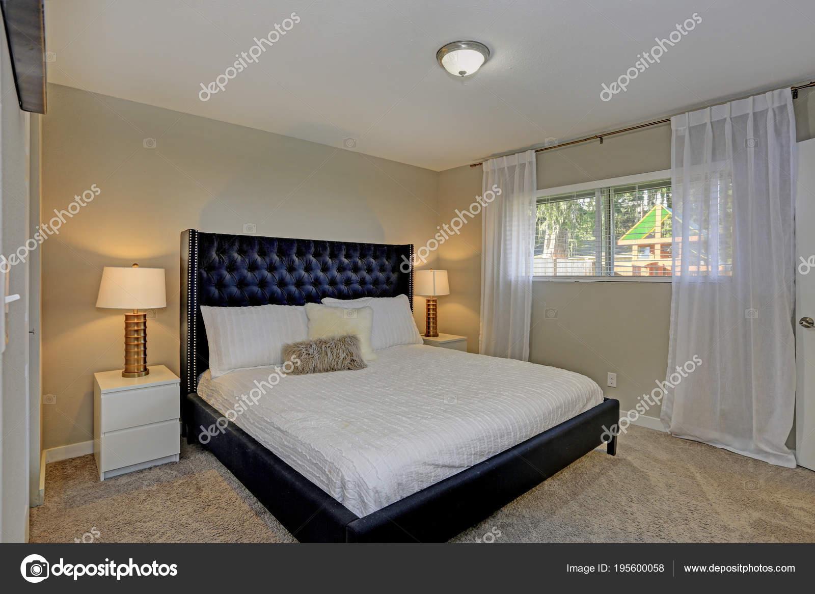 Camera da letto accogliente dispone di un letto di nero e le pareti ...